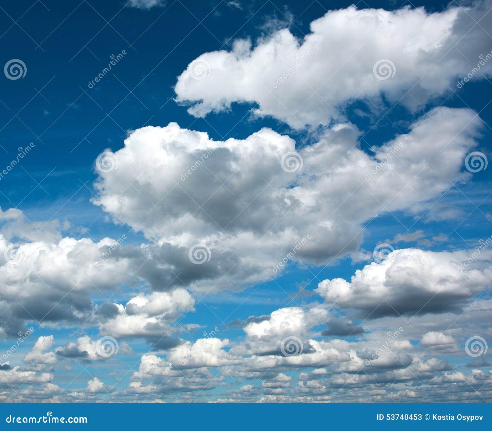 Nubes blancas hermosas en el cielo azul claro, pureza de la naturaleza