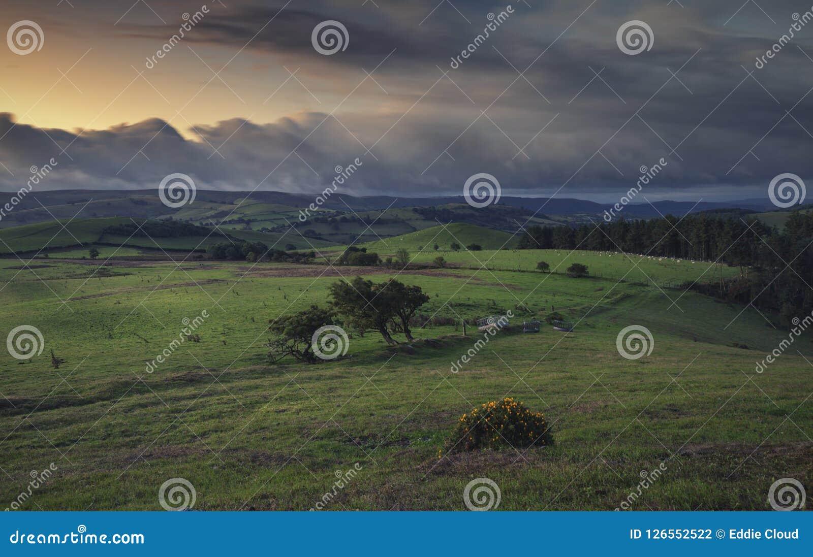 Nubes borrosas de la oscuridad sobre campo británico