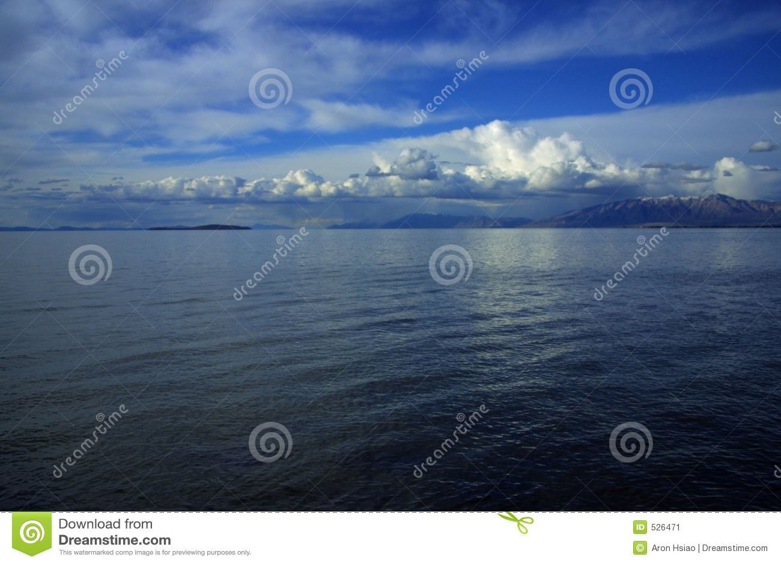 Nubes, cielo, agua, y montañas