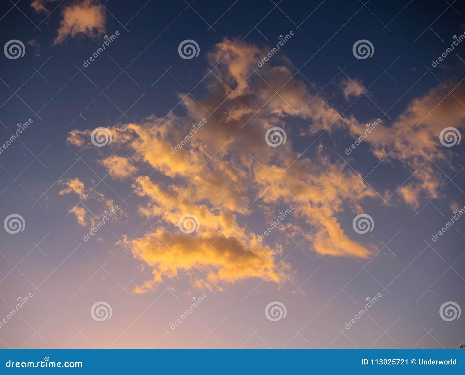 Nubes coloreadas en la puesta del sol