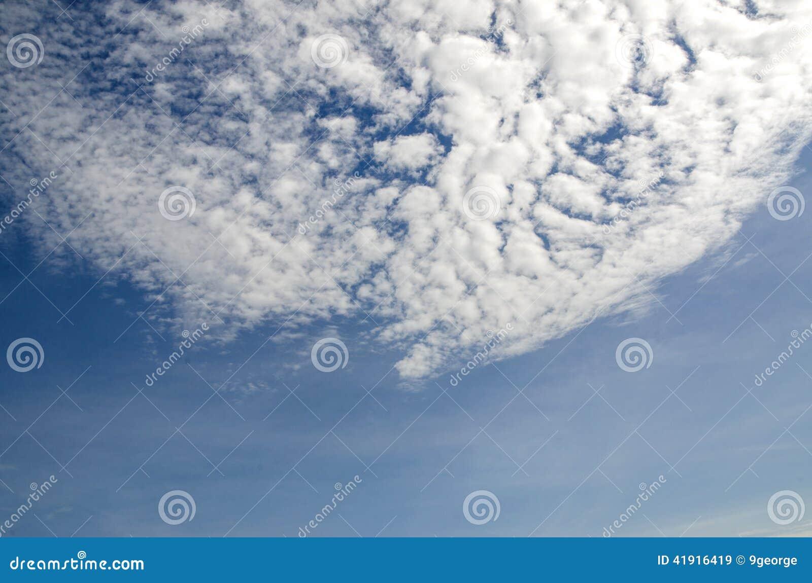 Nubes con el cielo azul en el d?a brillante para la escena y fondo frescos, brillantes hermosos