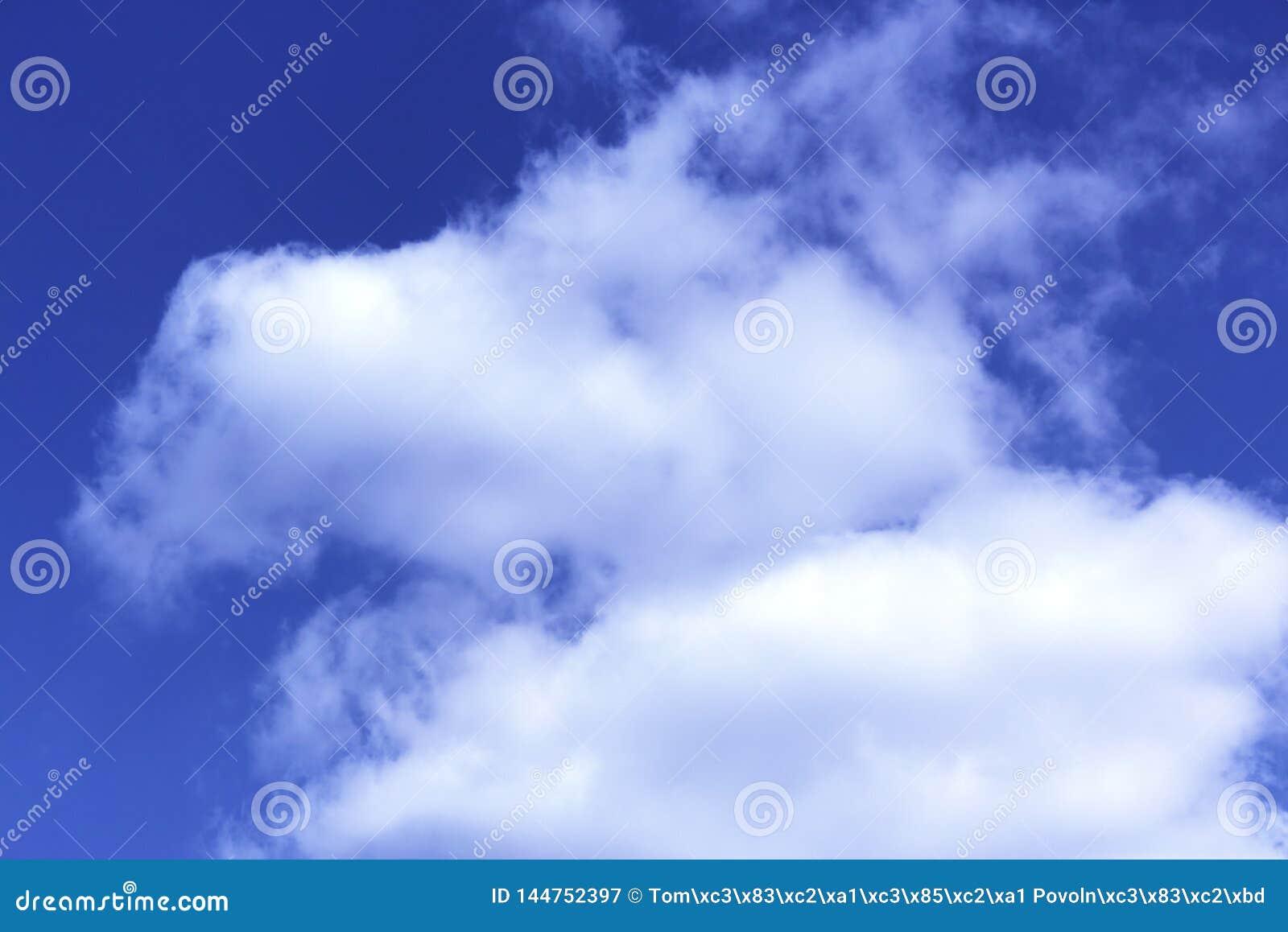 Nubes con el fondo del cielo azul El tiempo de la naturaleza, se nubla el cielo azul
