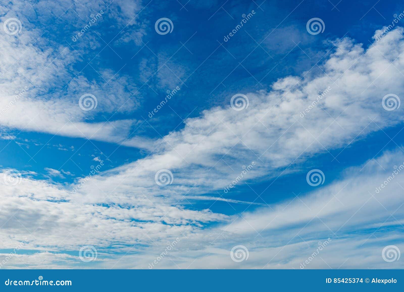 Nubes de altocumulus maravillosas en el cielo azul