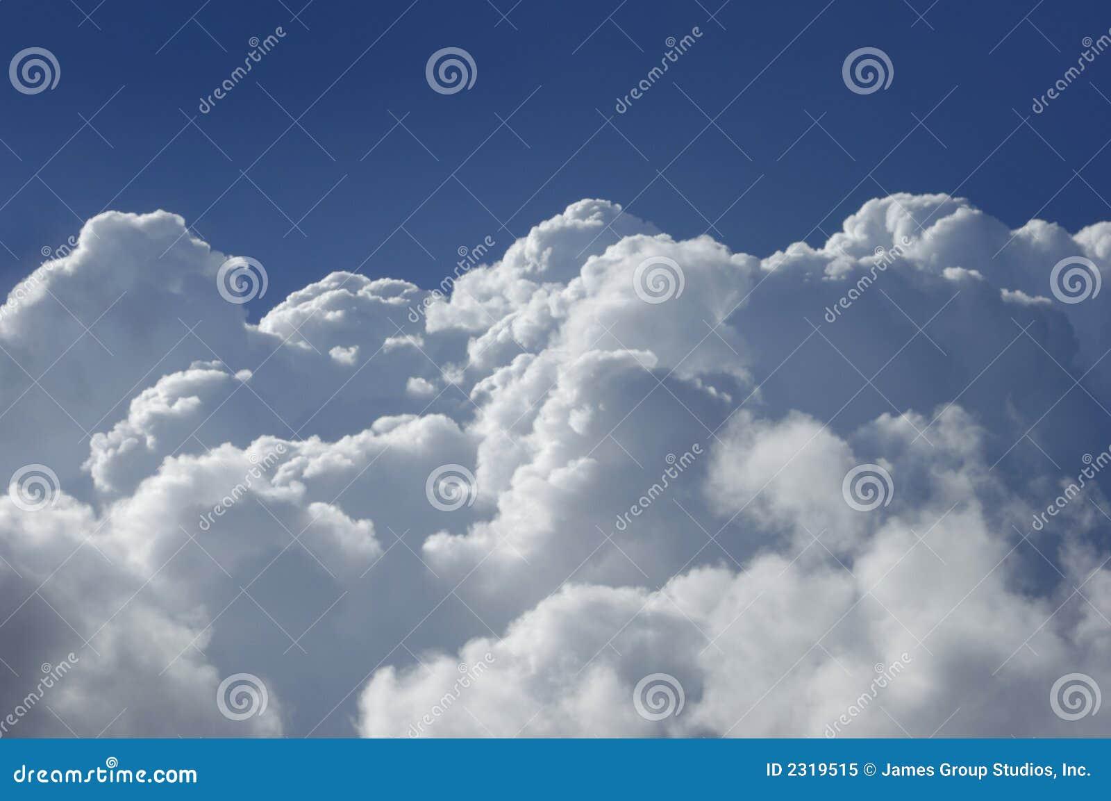 Nubes de cúmulo de la alta altitud