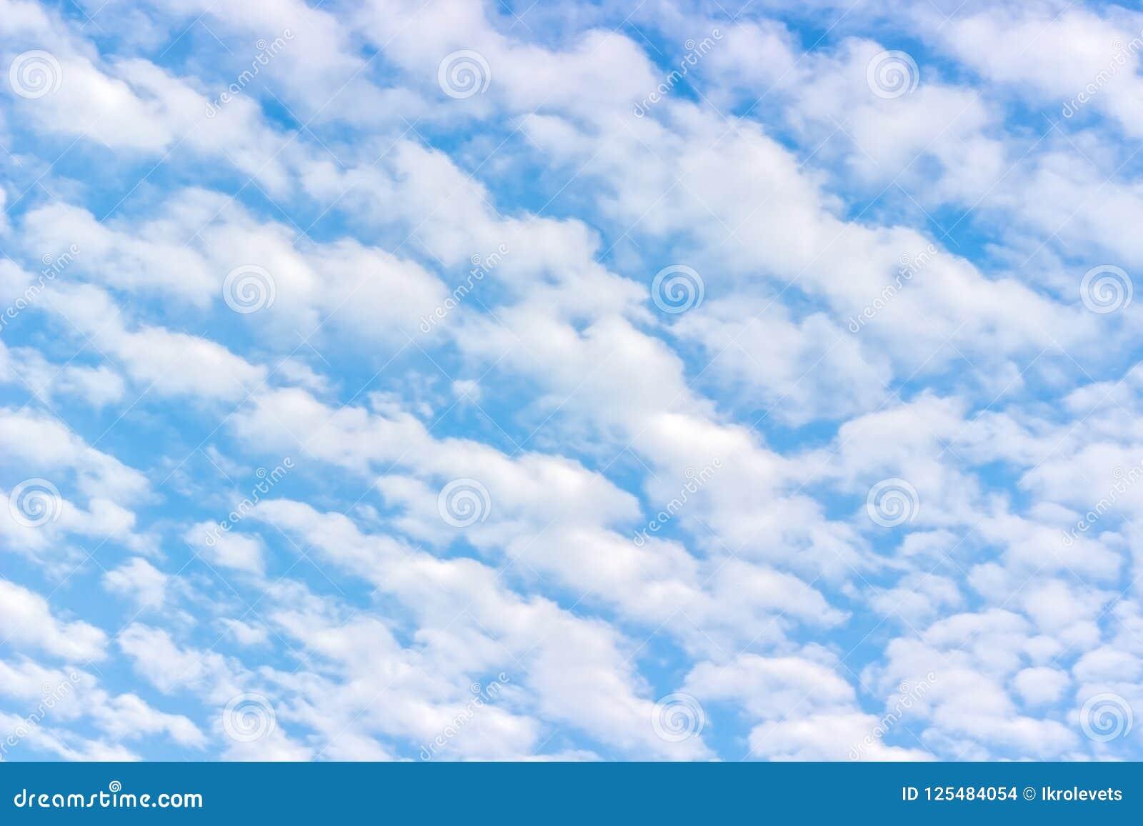 Nubes de cúmulo mullidas blancas, cielo azul