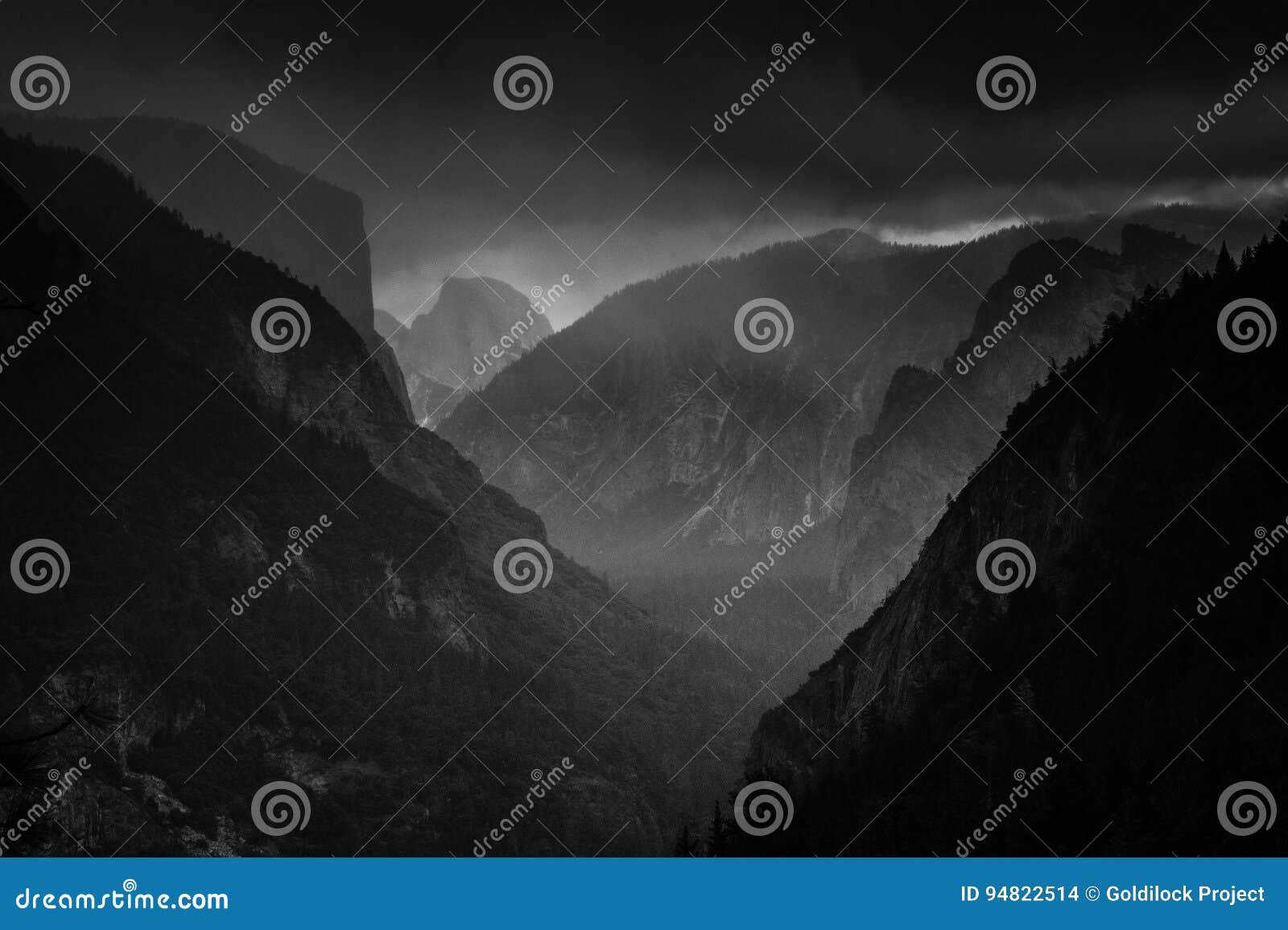 Nubes de la nieve de la opinión del túnel sobre el valle de Yosemite