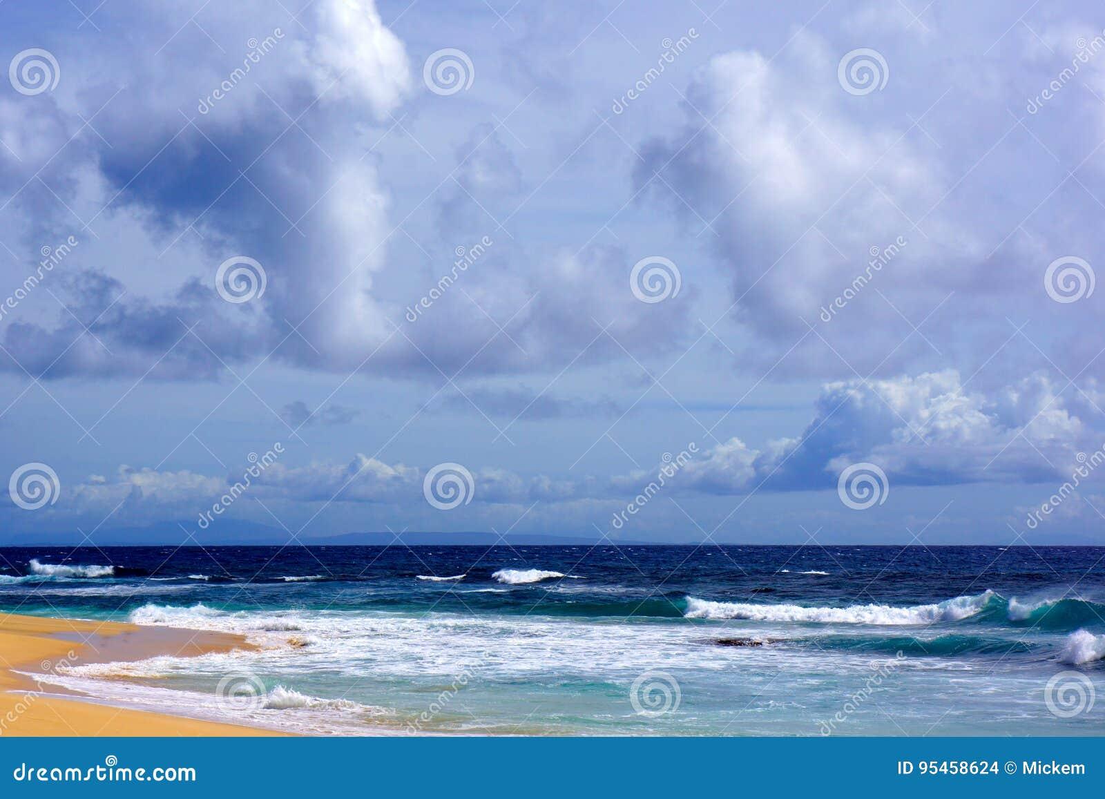 Nubes de lluvia sobre Sandy Beach, Oahu, Hawaii