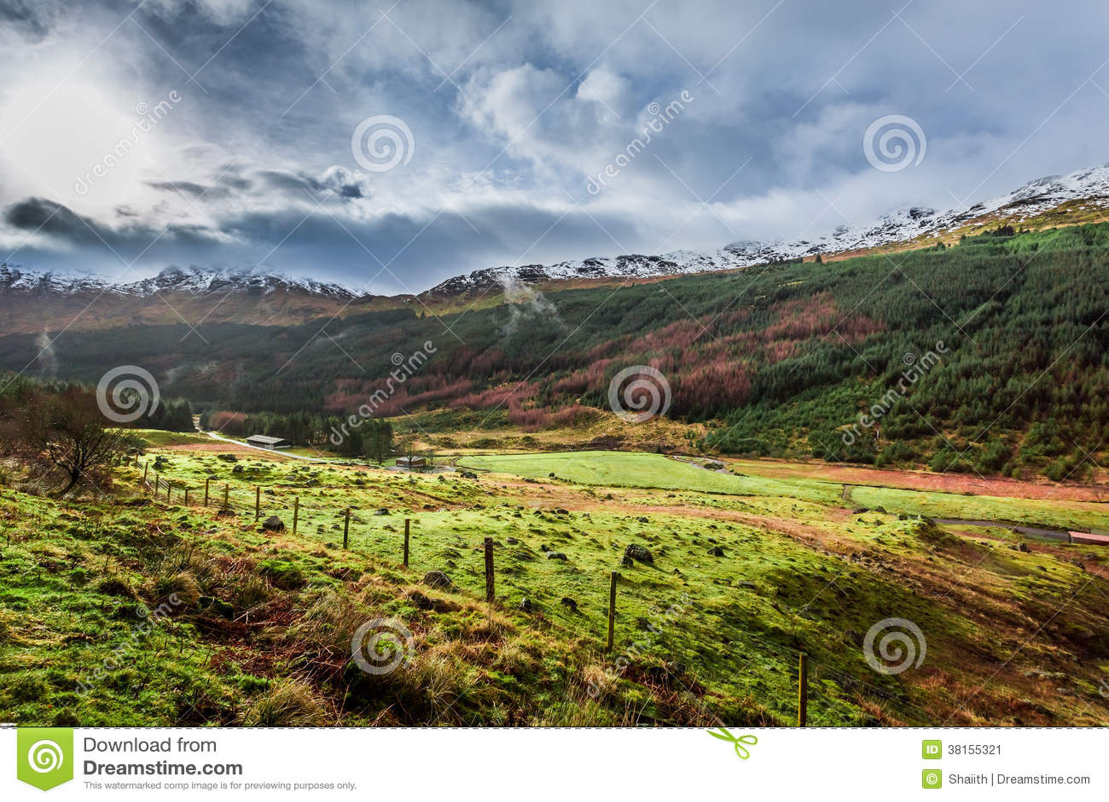 Nubes de lluvia sobre un valle de la montaña