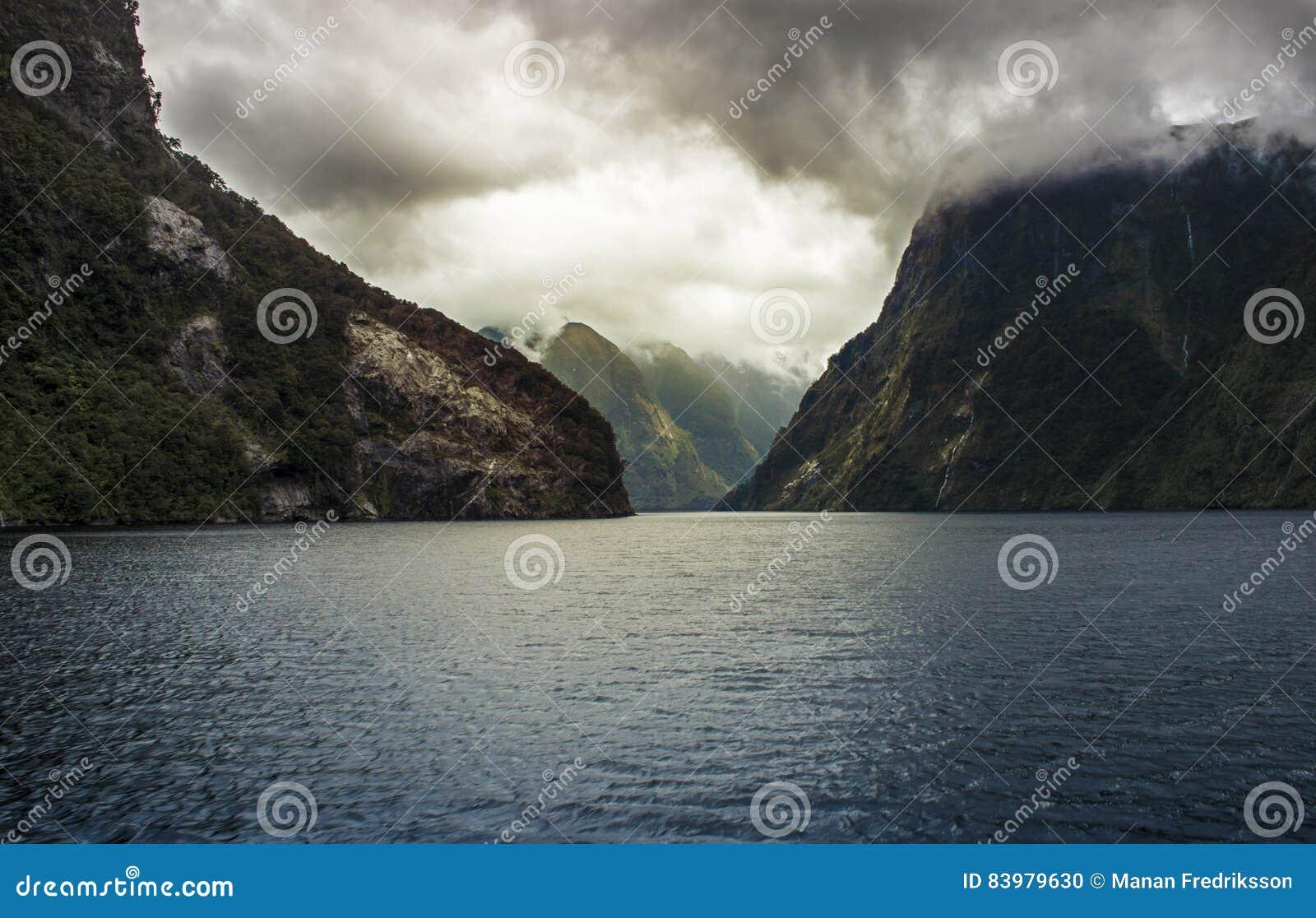 Nubes de tormenta dramáticas sobre la montaña en sonido dudoso
