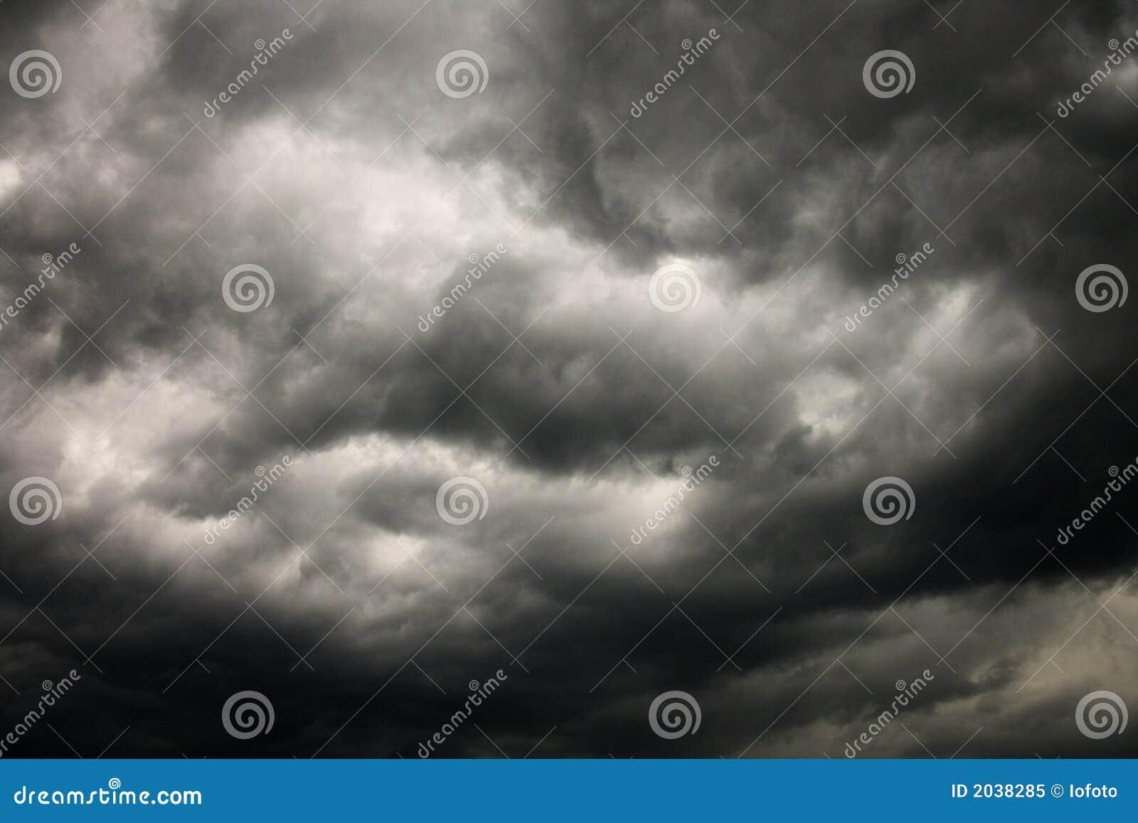 Nubes de tormenta oscuras.
