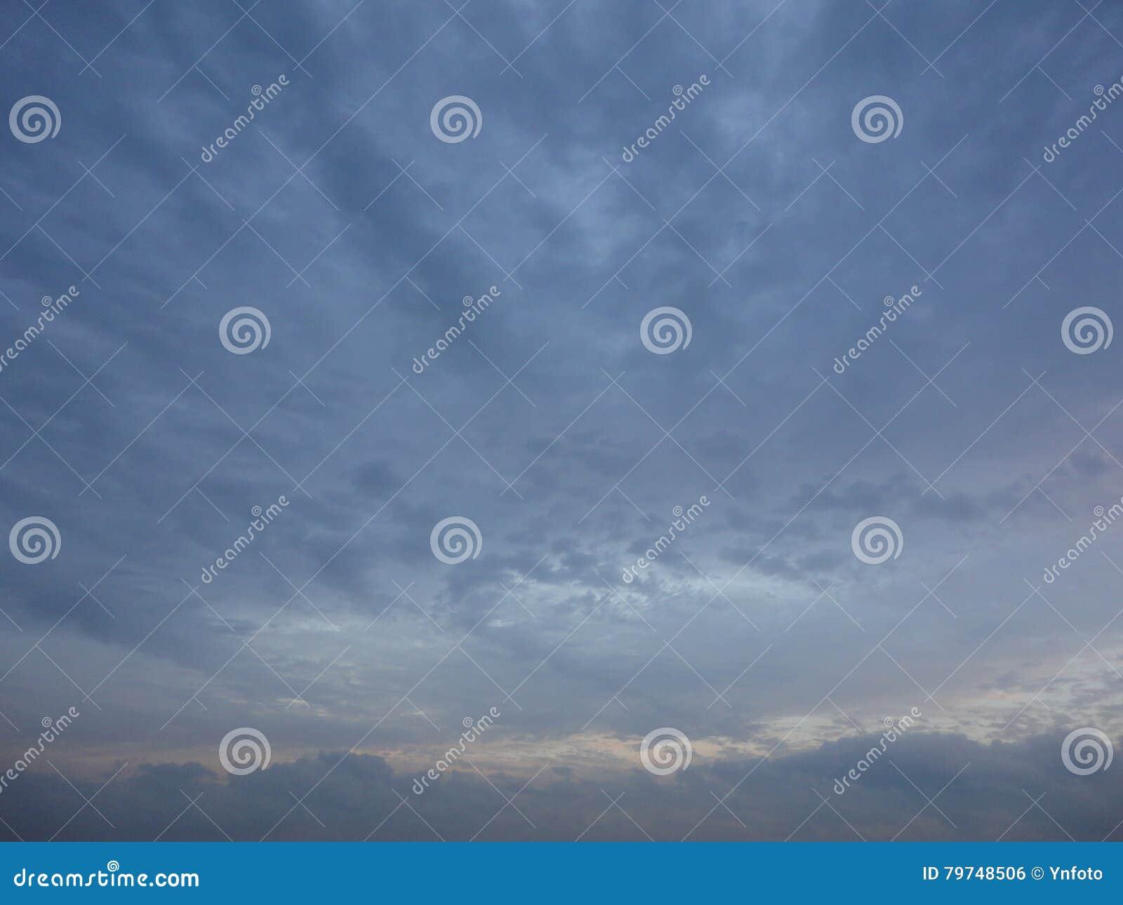 Nubes en cielo de la tarde del otoño