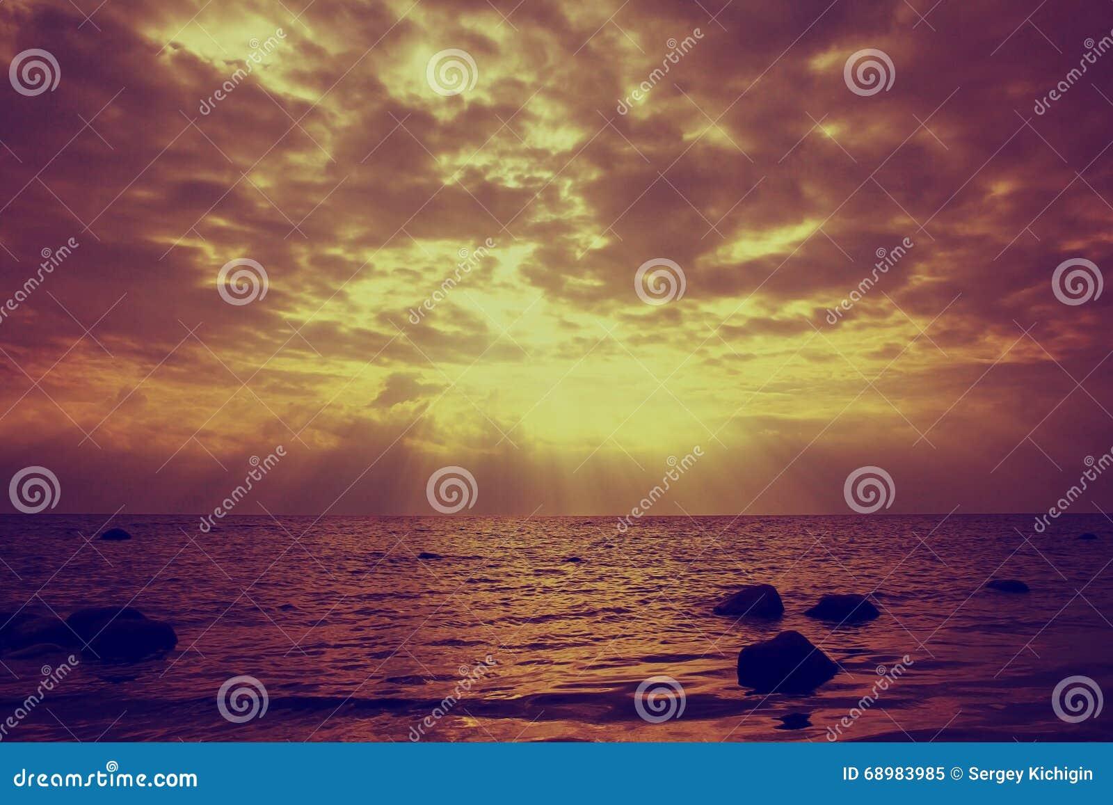 Nubes en luz de la puesta del sol