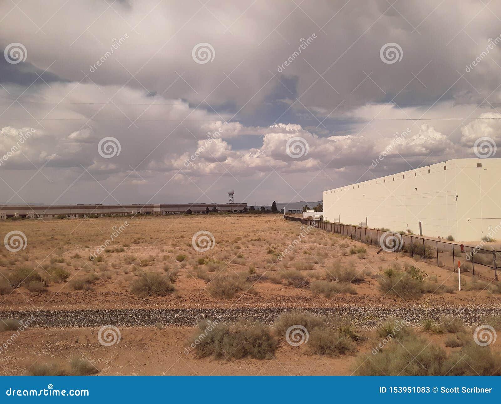 Nubes en Tejas con el edificio y la torre del tiempo de Doppler con el cepillo del tren