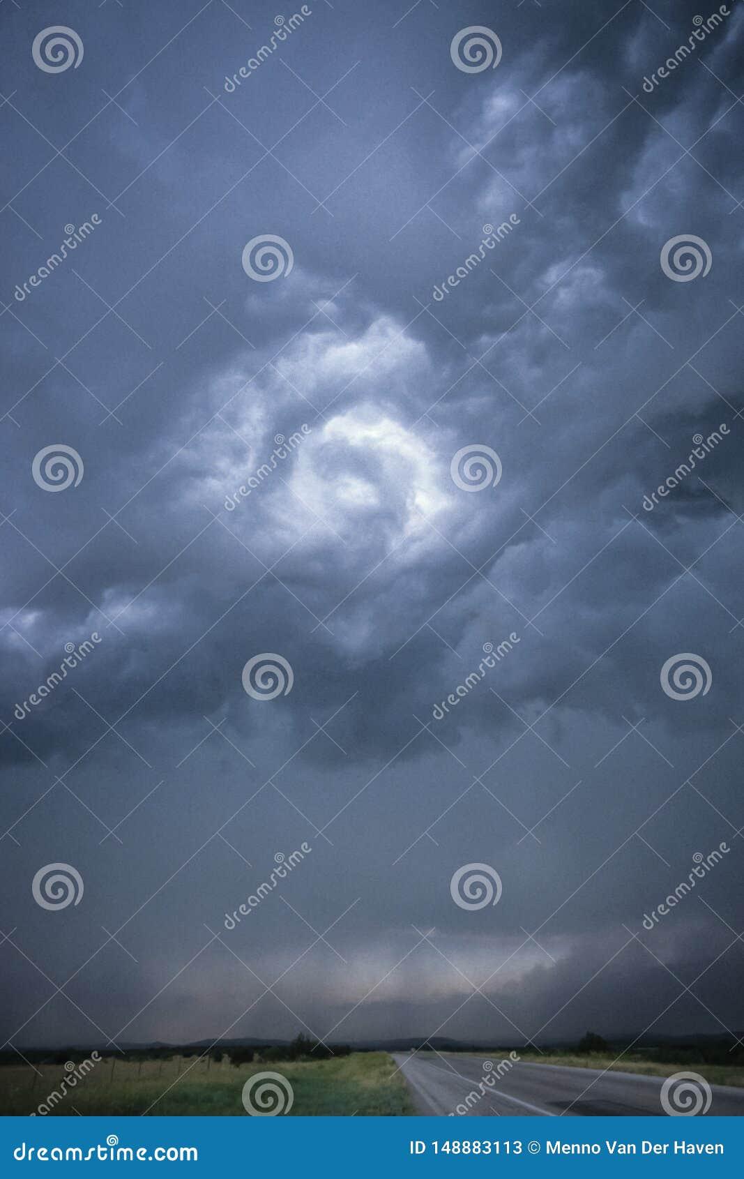 Nubes giratorias sobre un camino en Tejas norcentral, los E.E.U.U.
