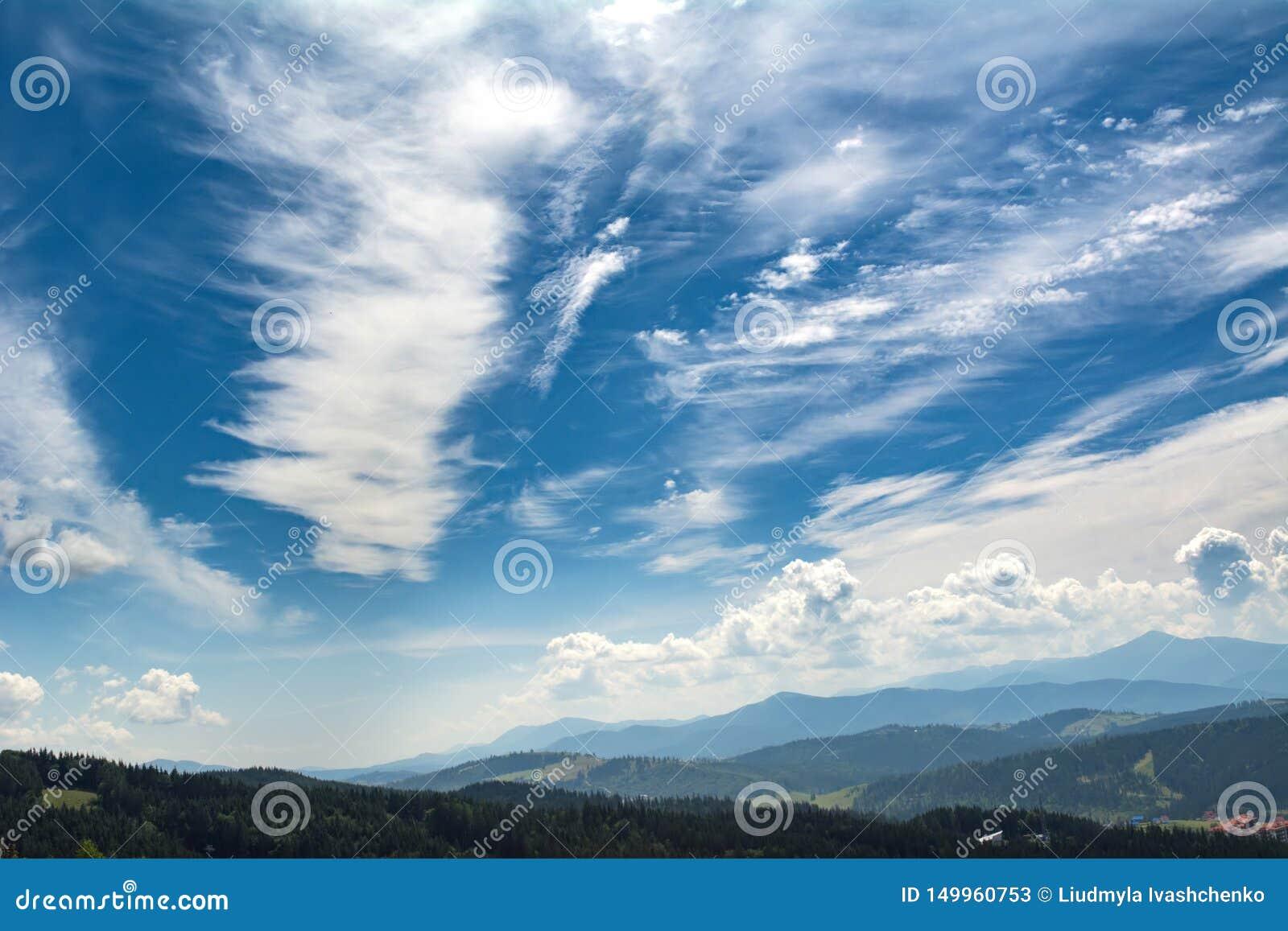 Nubes hermosas sobre las monta?as Paisaje del VERANO Ucraniano C?rpatos