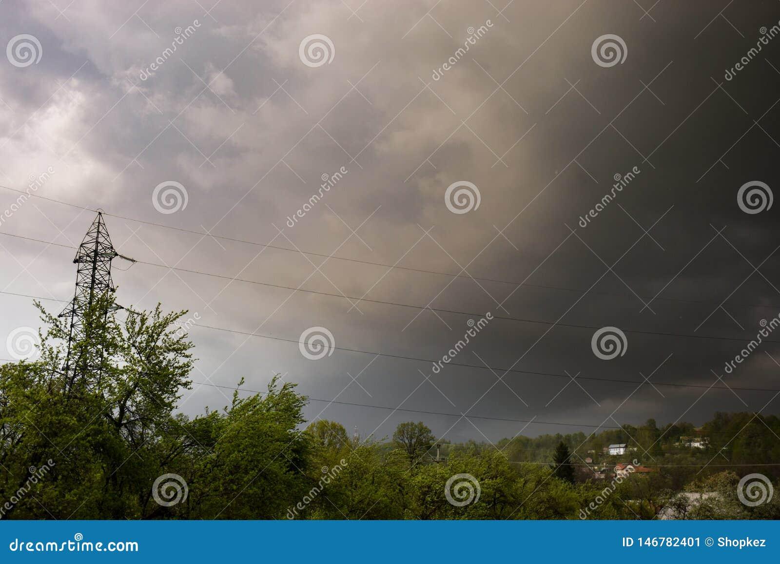 Nubes oscuras de la tormenta sobre el pueblo