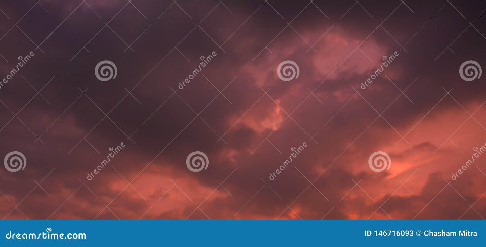 Nubes oscuras en un día con tempestad de truenos