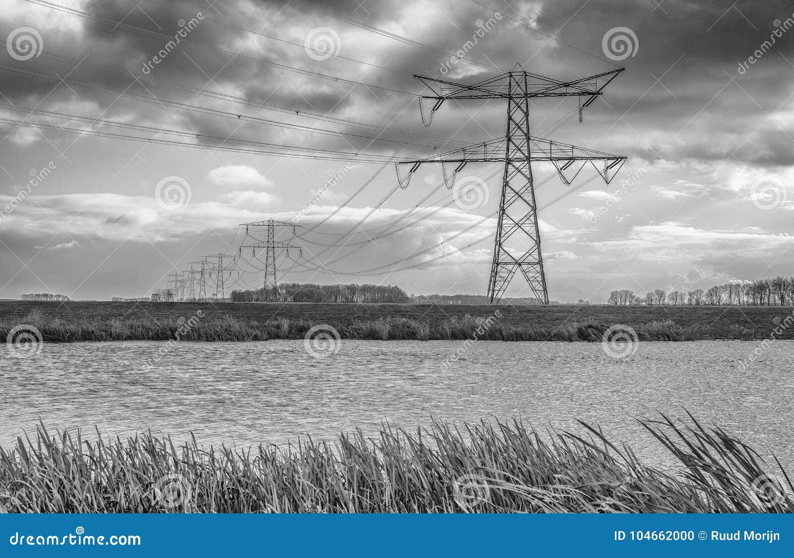 Nubes oscuras sobre una fila de los pilones del poder