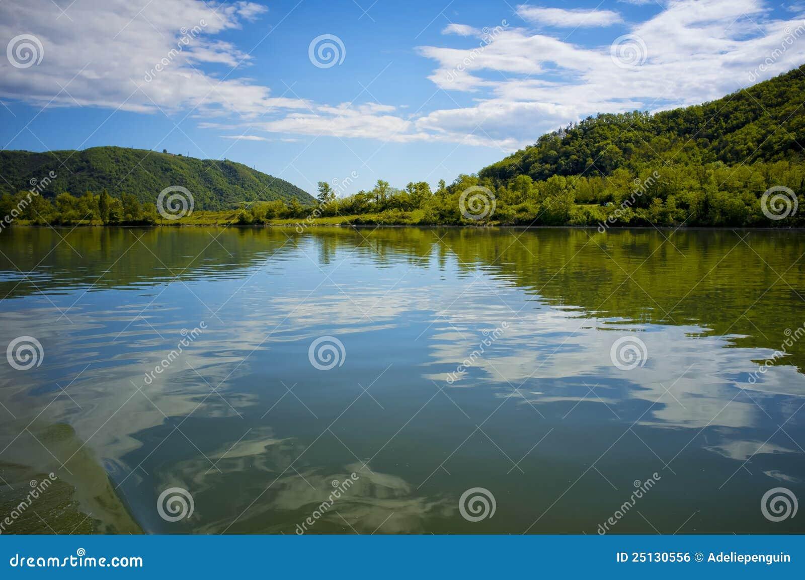 Nubes reflejadas, río de Rhone, Francia