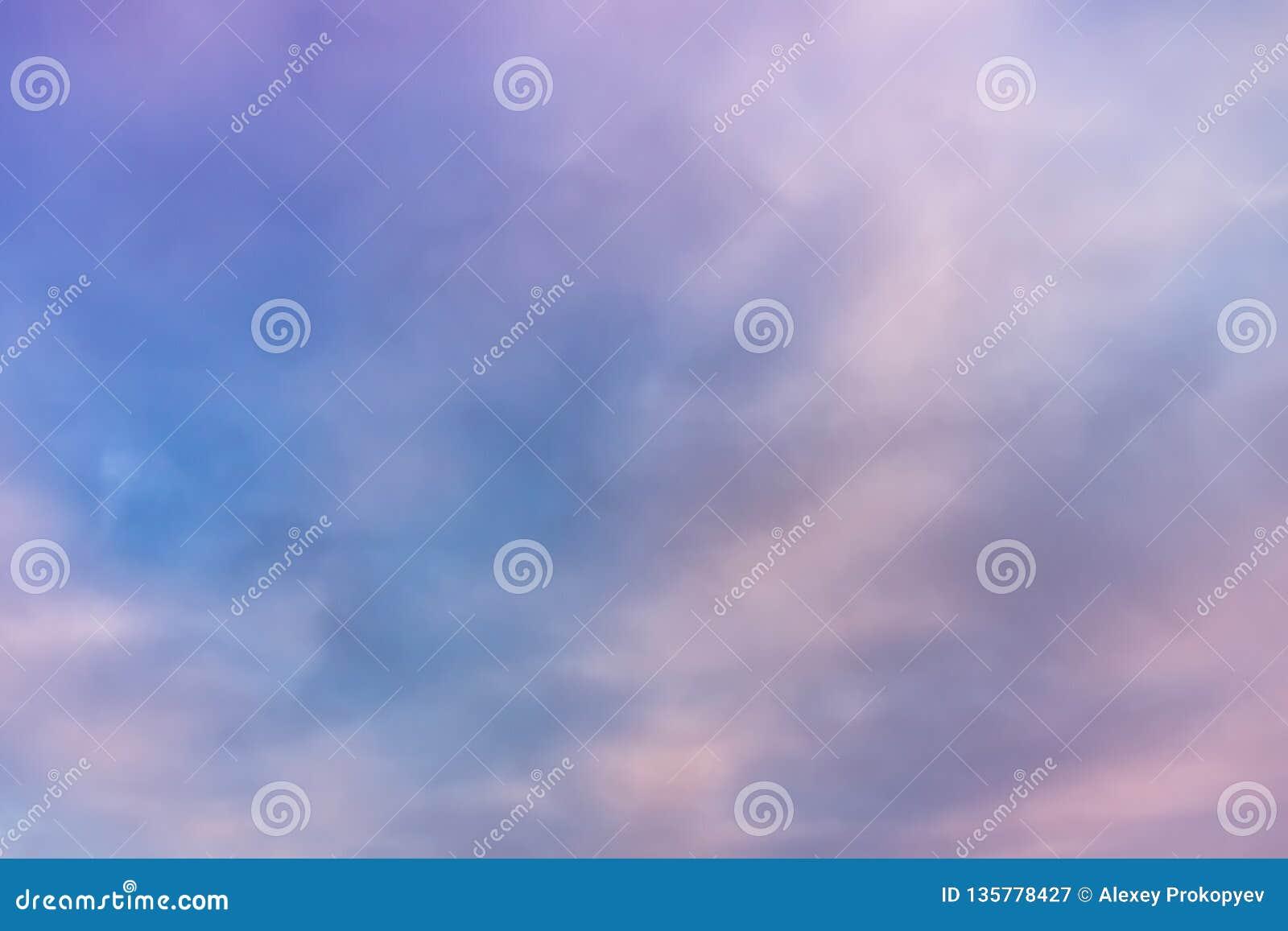 Nubes rosadas hermosas en el cielo azul Pastel del cielo y del fondo suave del extracto de la nube