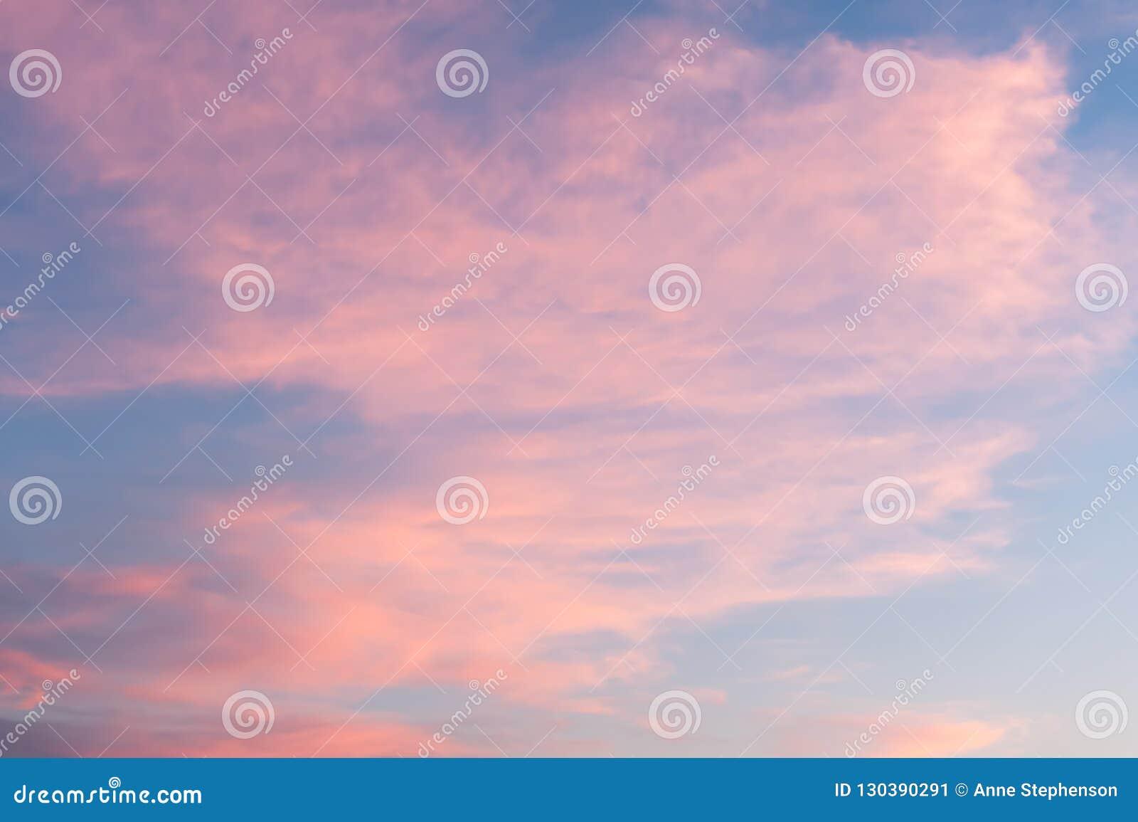 Nubes rosadas Wispy en la puesta del sol en Salt Lake City