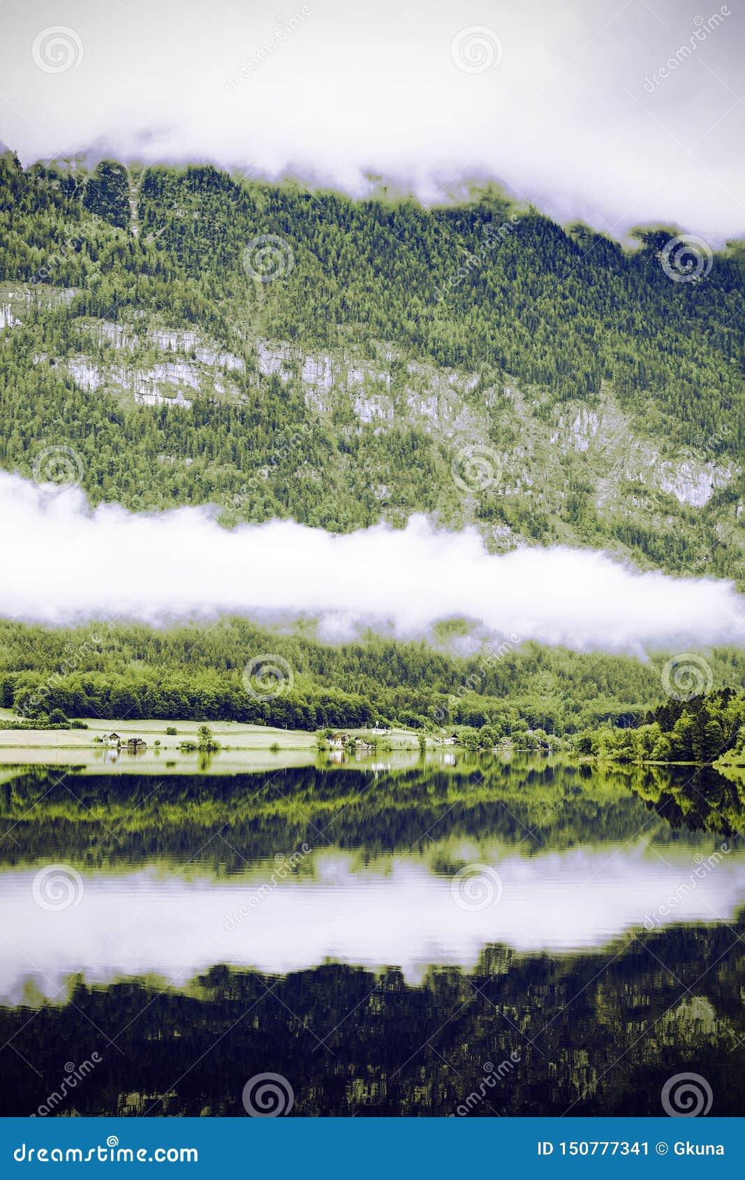 Nubes y niebla en el Hallstattersee en Austria