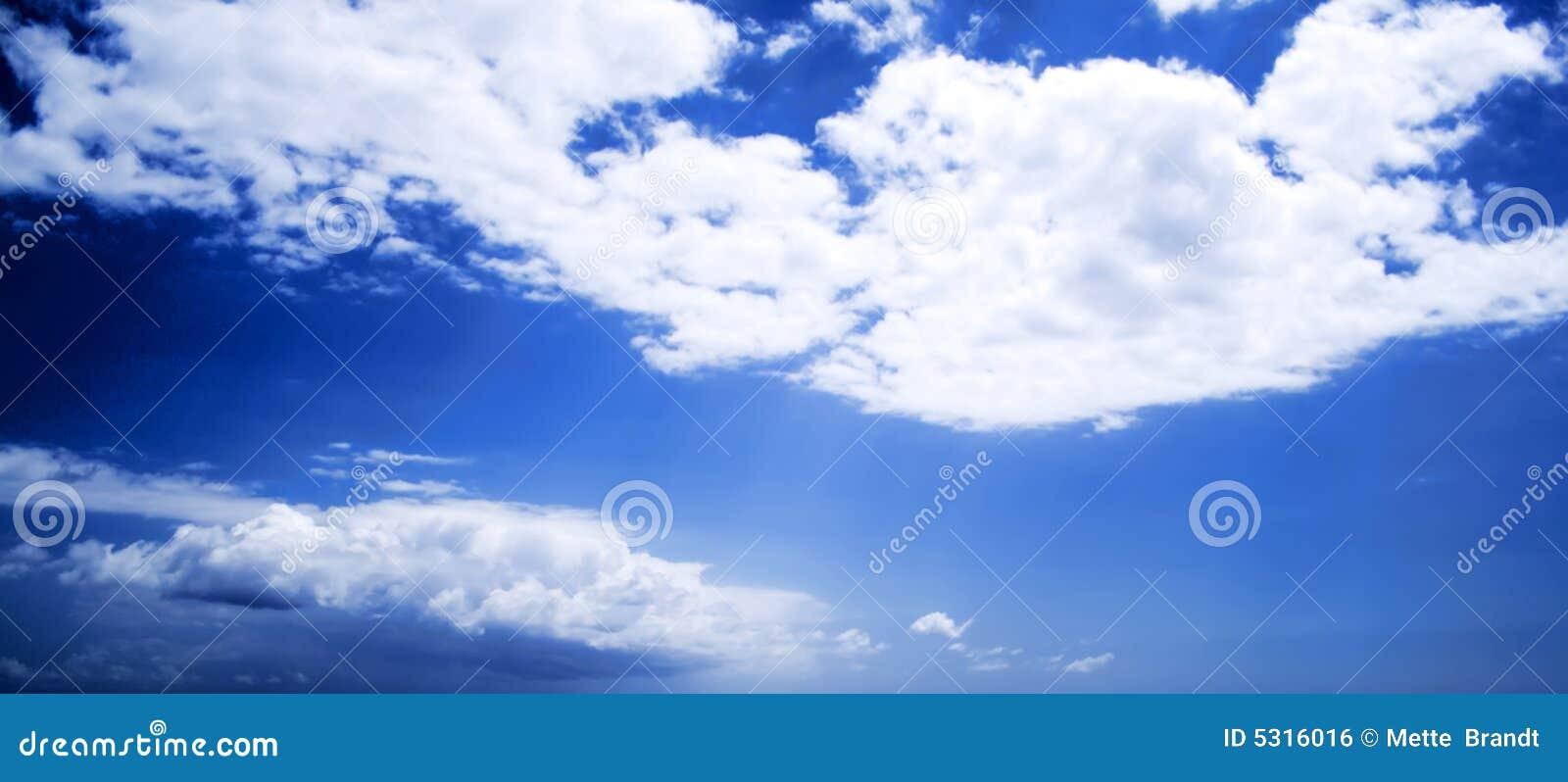 Download Nubi bianche su cielo blu fotografia stock. Immagine di vento - 5316016