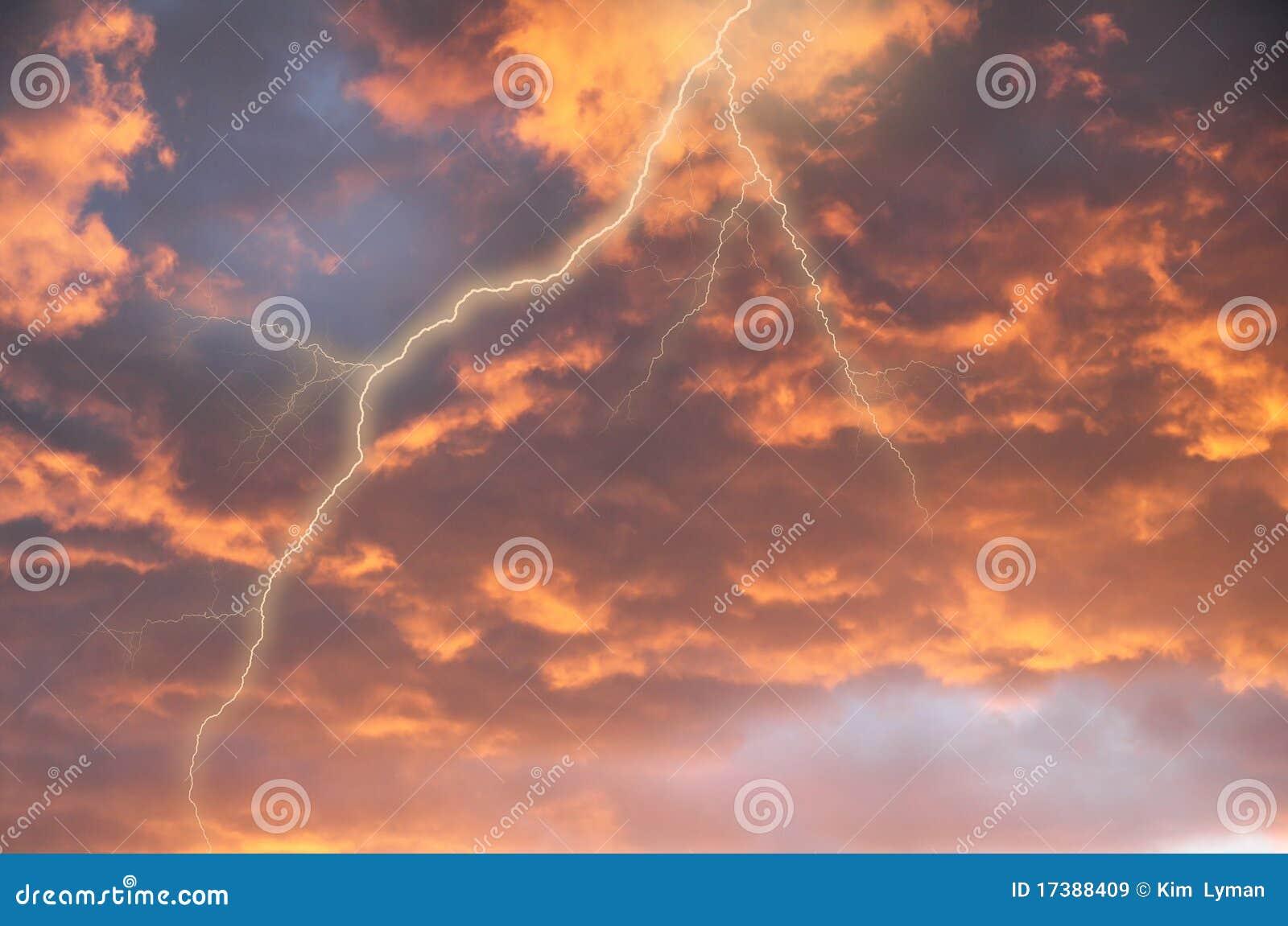 Nubi di tempesta con lampo