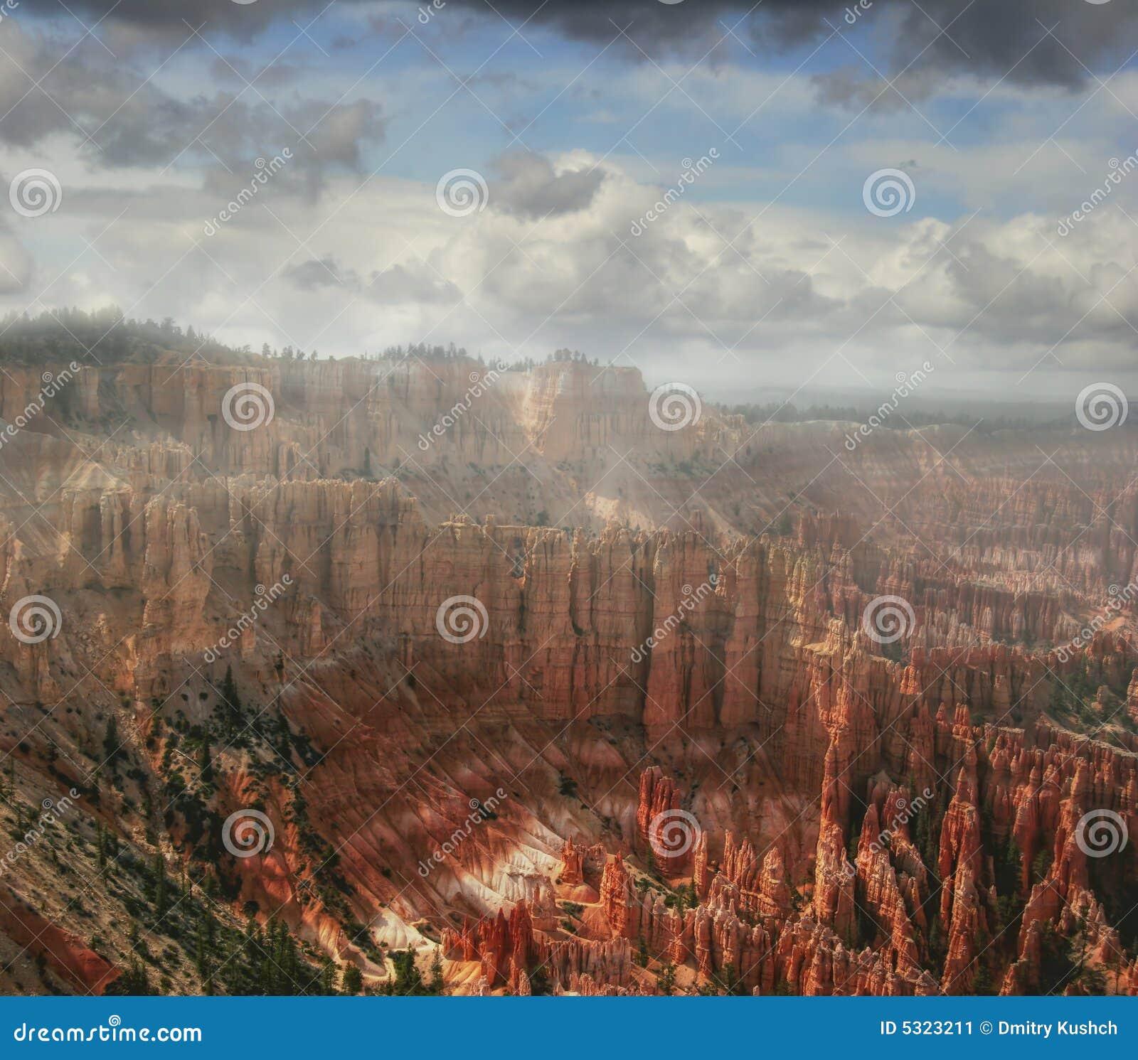 Download Nubi intorno a Bryce immagine stock. Immagine di terra - 5323211