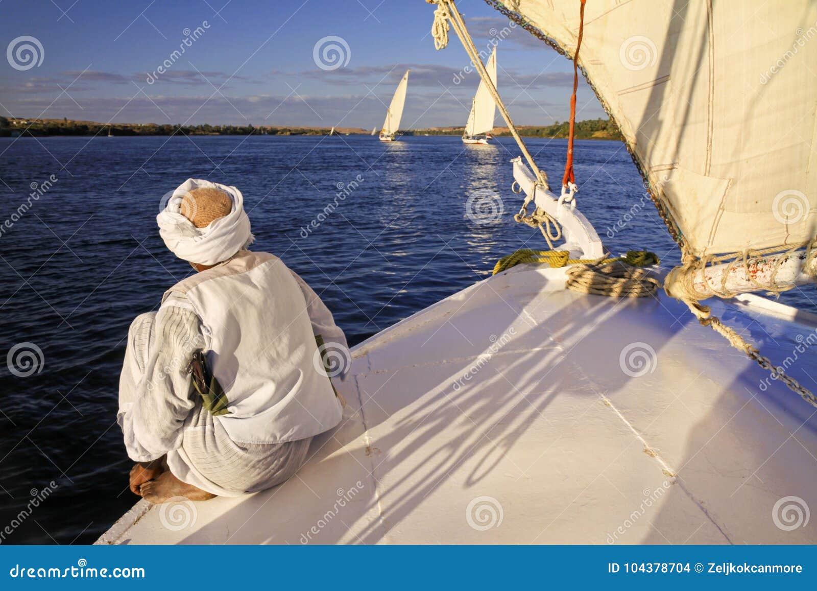 Nubian-Mann-Segeln auf Nile River in Assuan Ägypten