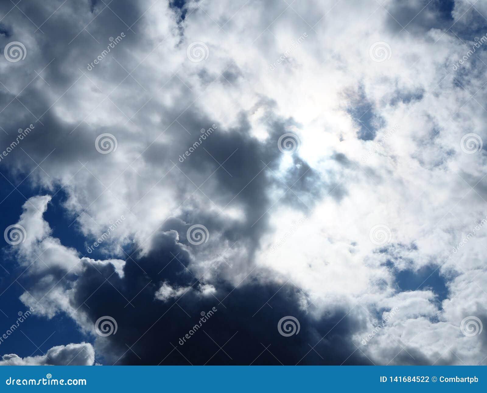 Nublado y soleado en un cielo a la vez