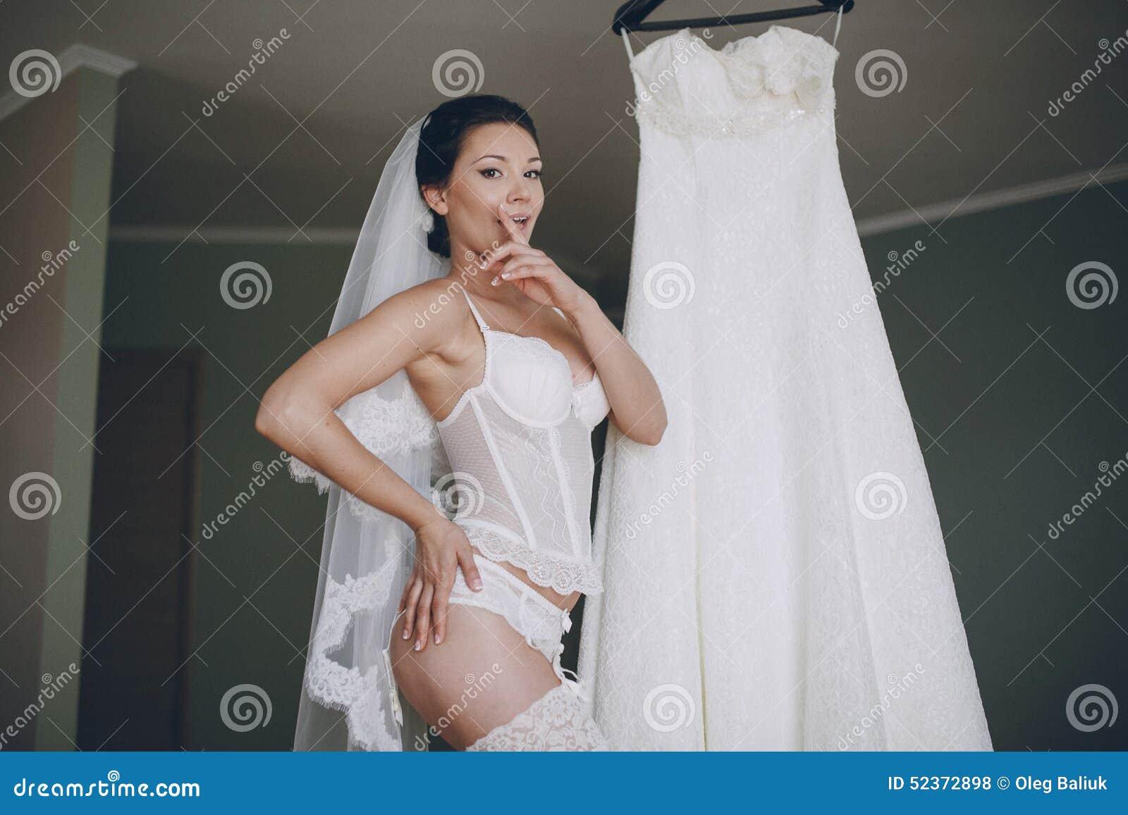 Зарубежная невеста голая с попкой
