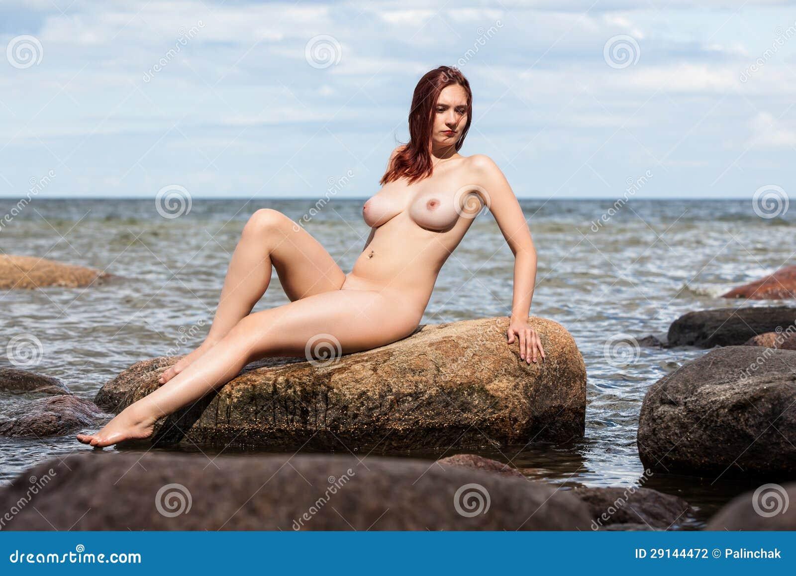 Сидит голая женщина 14 фотография