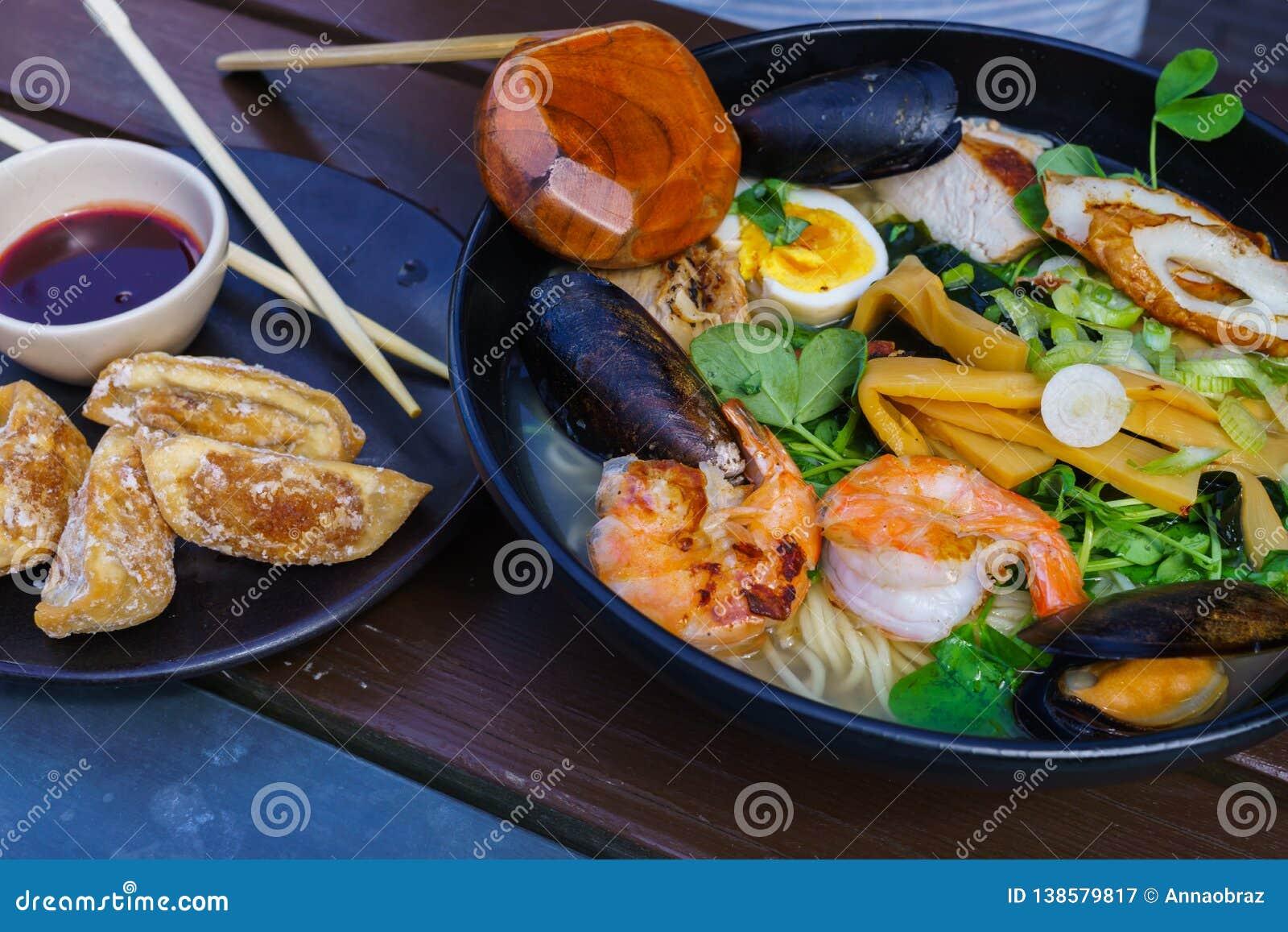 Nudelsoppa med skaldjur inklusive musslor, räkor, tioarmade bläckfiskar, ägg och grönsaker