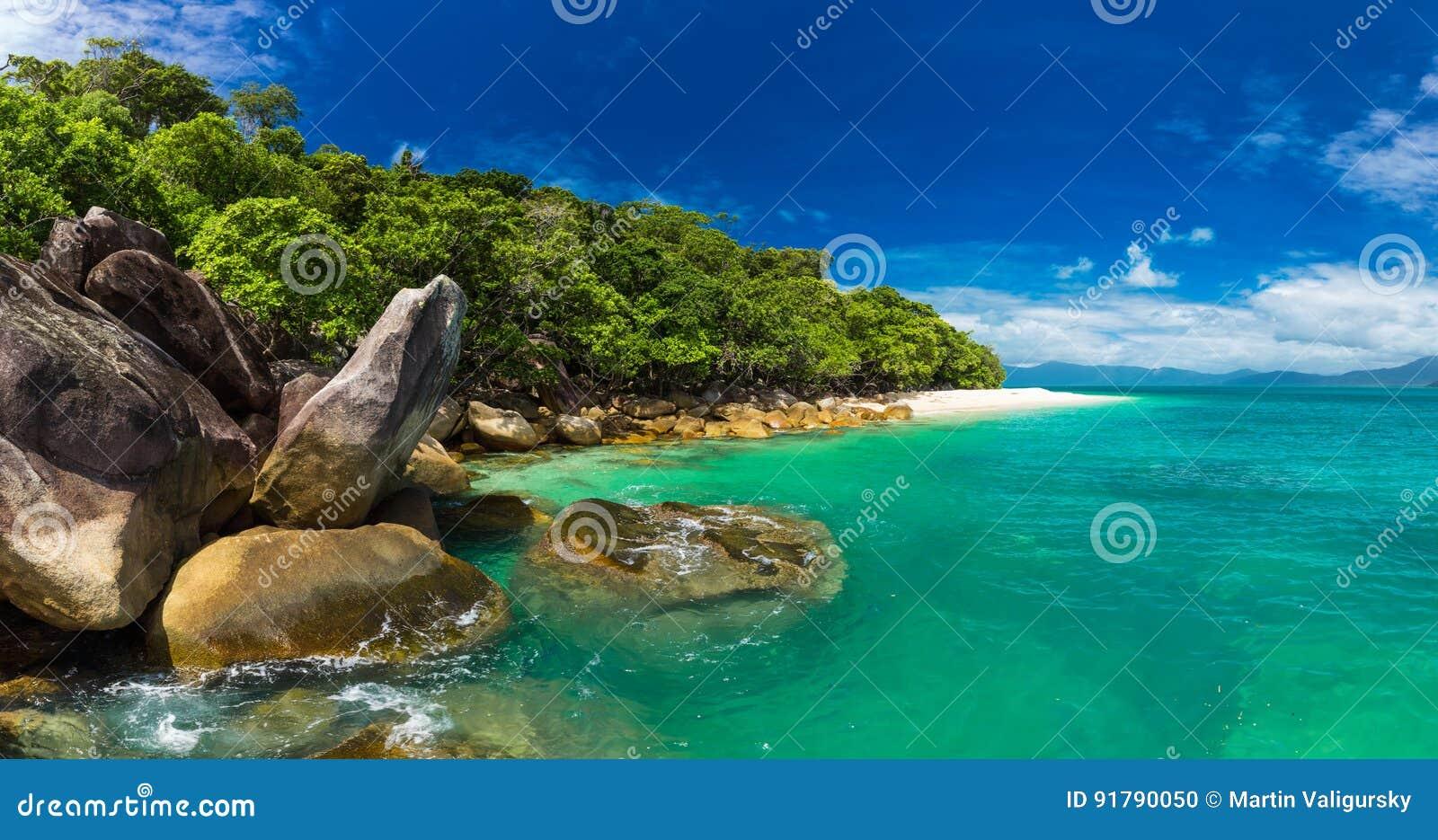 Nudey-Strand auf Fitzroy-Insel, Steinhaufenbereich, Queensland, Australi