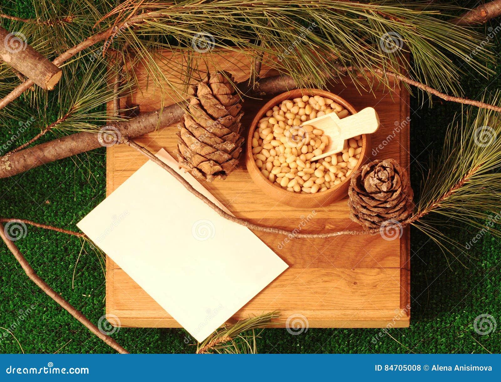 Nueces de pino peladas en un cuenco en un soporte de madera