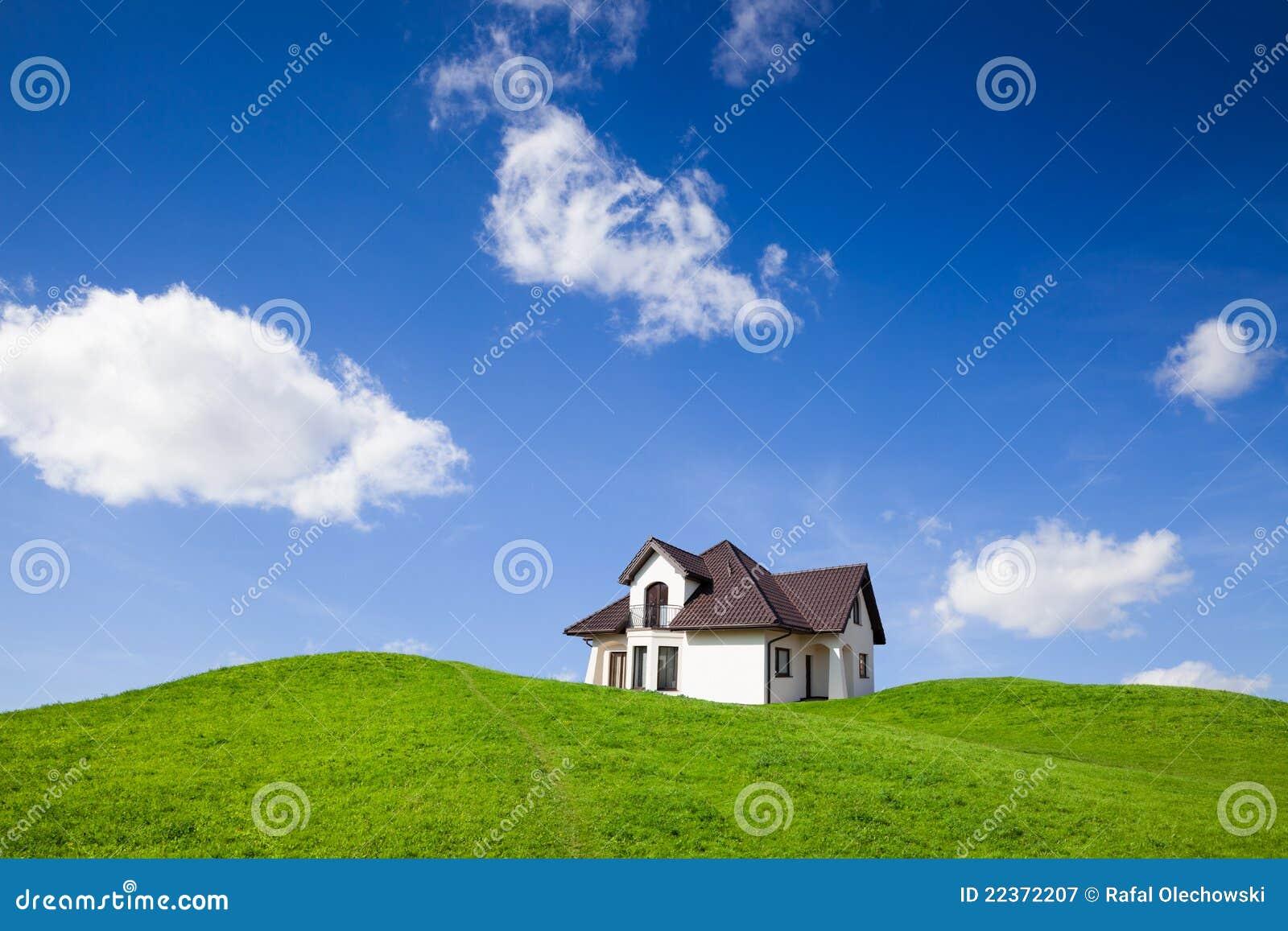 Nueva casa en campo verde fotograf a de archivo libre de for Agrandissement maison zone verte