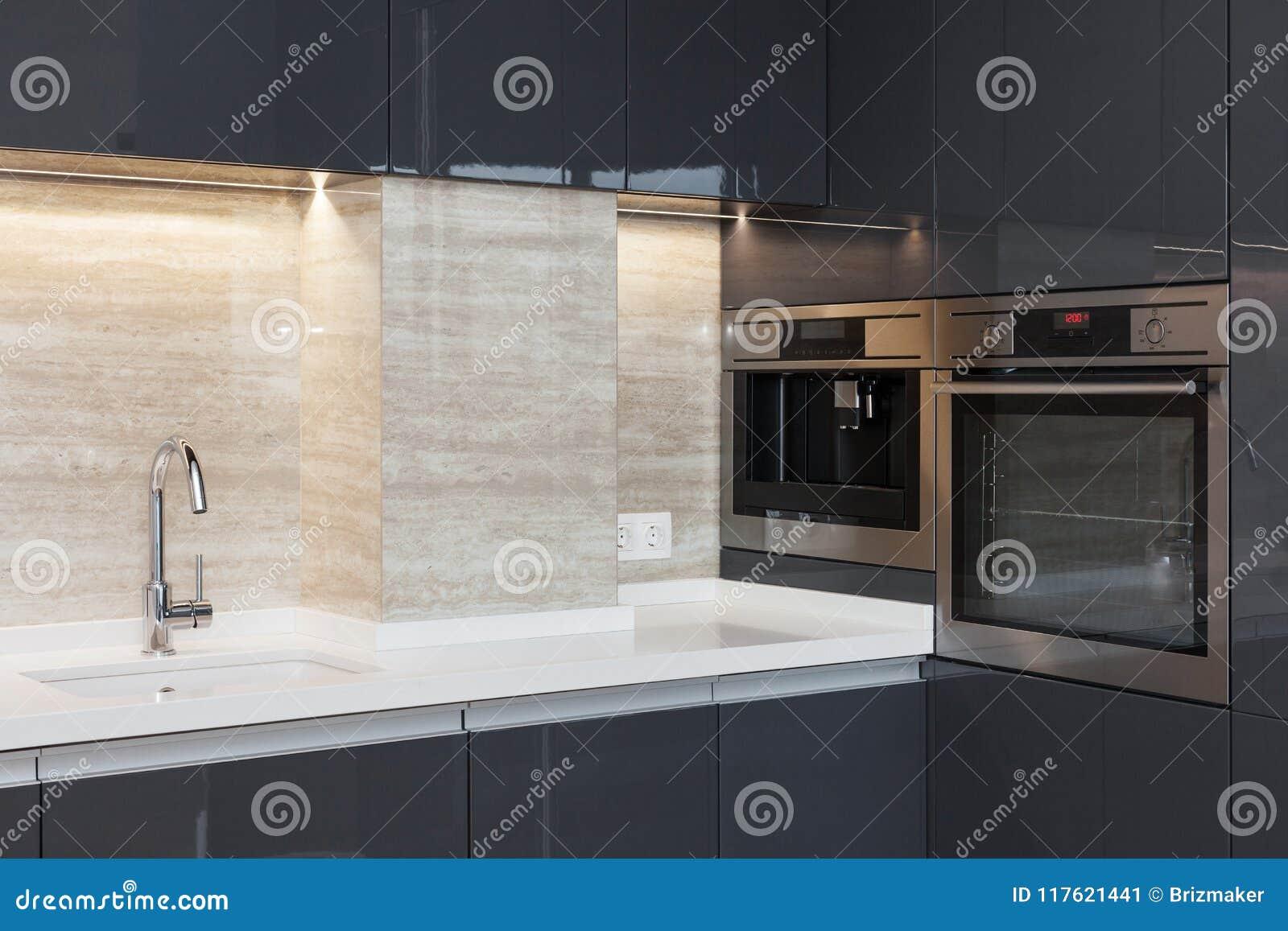 Nueva cocina moderna con construido en golpecito de agua del horno y del cromo Iluminación del worktop del LED
