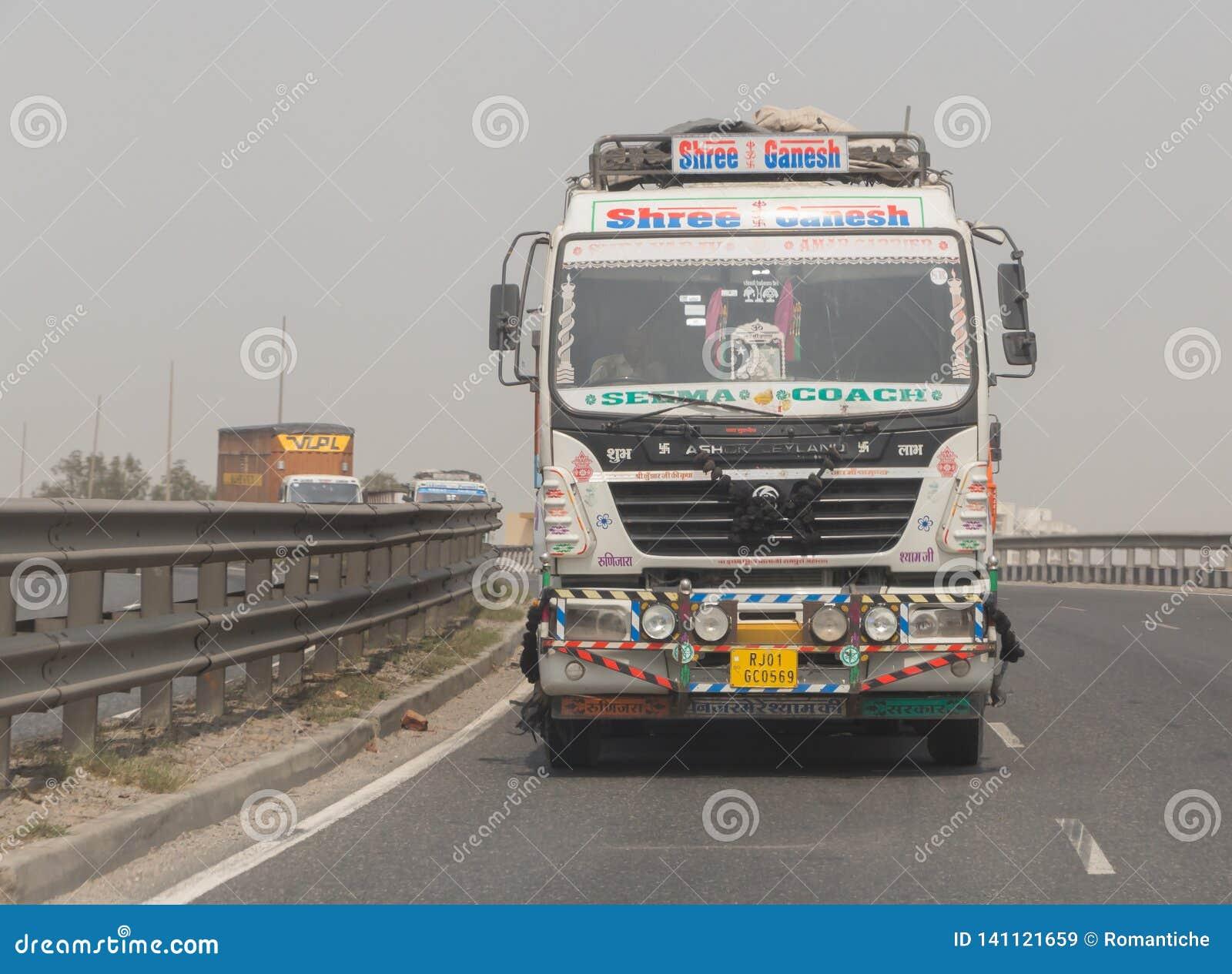 NUEVA DELI, LA INDIA - 14 DE MARZO DE 2018: camión en el camino