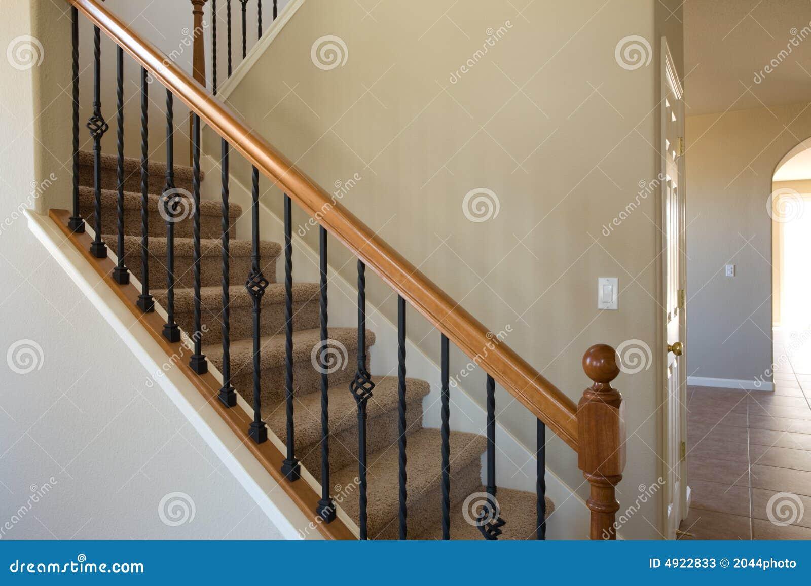 nueva escalera casera residencial del hierro y de madera fotos de archivo
