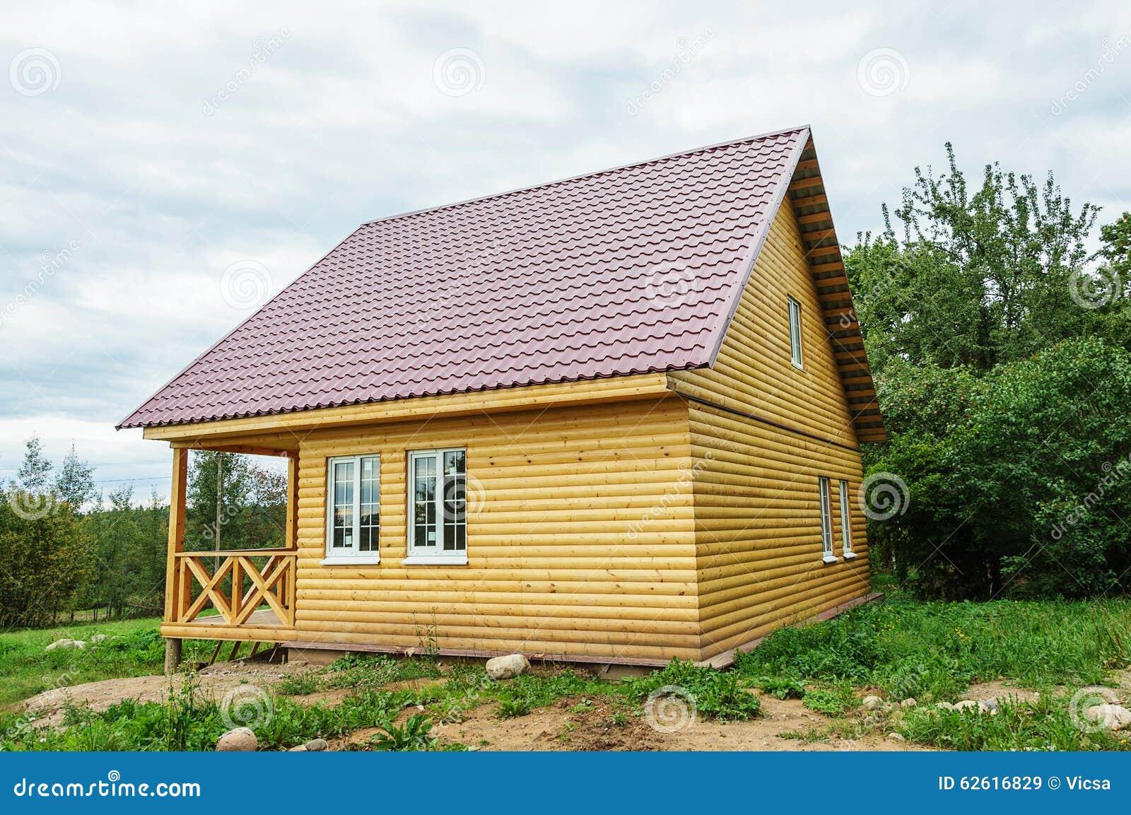 Nueva peque a casa de campo de madera foto de archivo - Casa pequena de madera ...