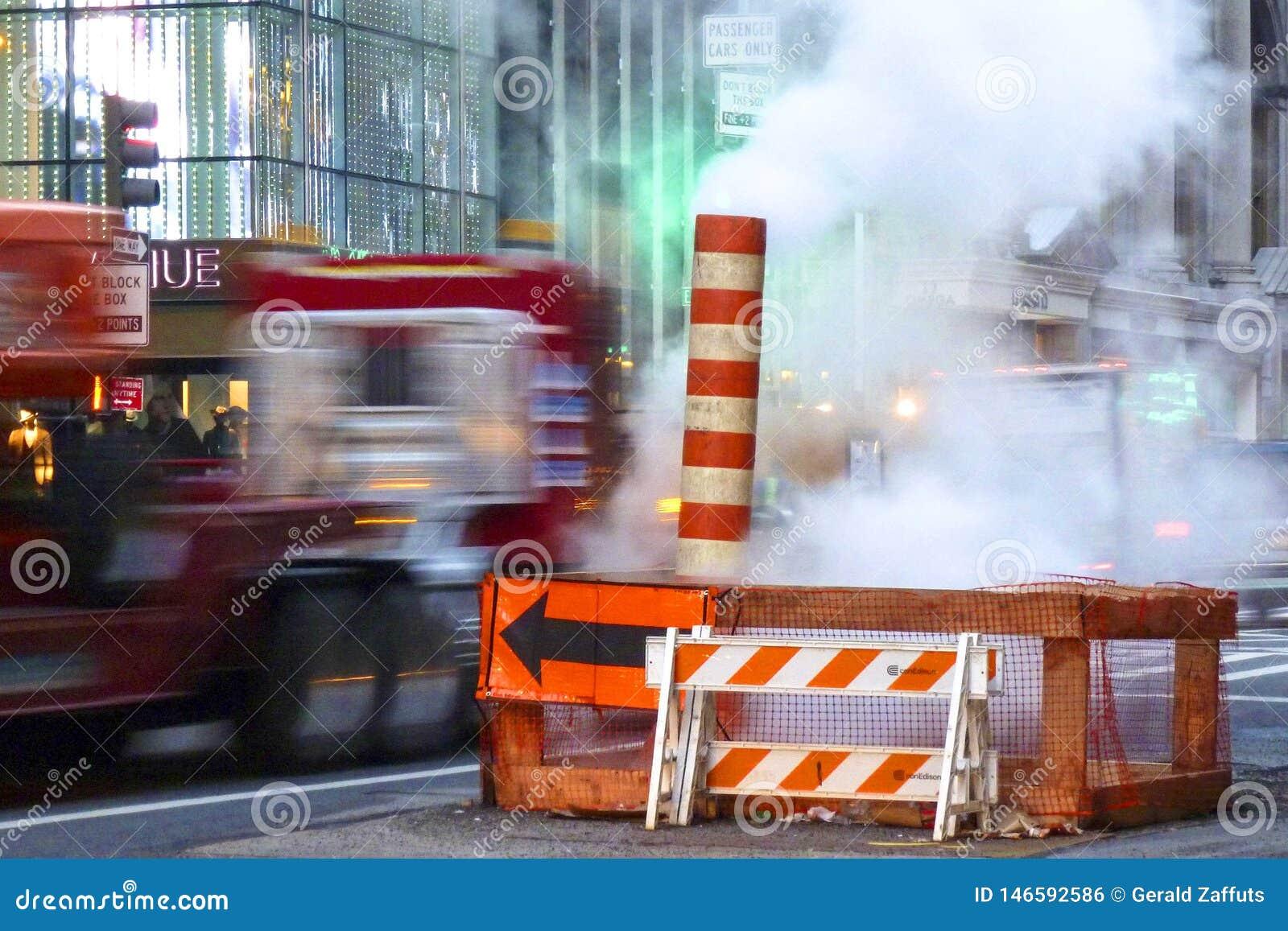 Nueva York - 6 de febrero de 2013: reparaciones de la calle con vapor y tráfico de precipitación