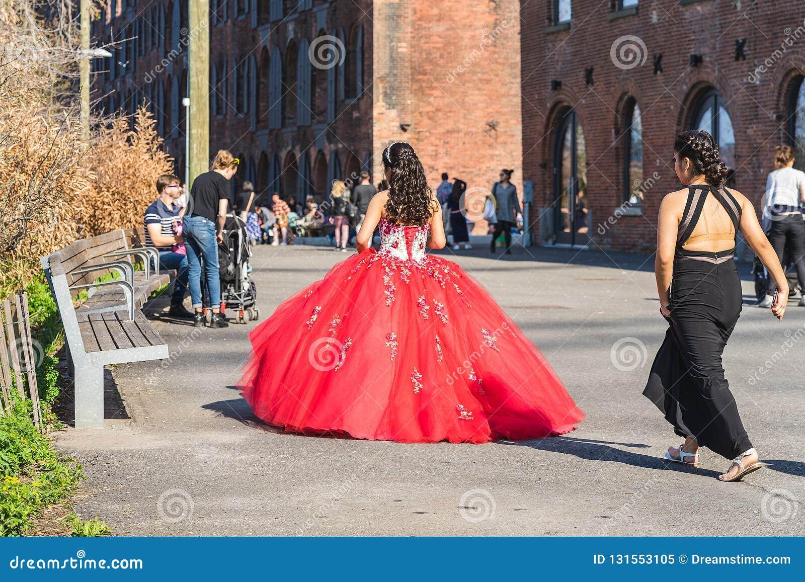 NUEVA YORK, LOS E.E.U.U. - 28 DE ABRIL DE 2018: Una novia y una dama de honor que caminan en calles de Dumbo, Brooklyn, Nueva Yor