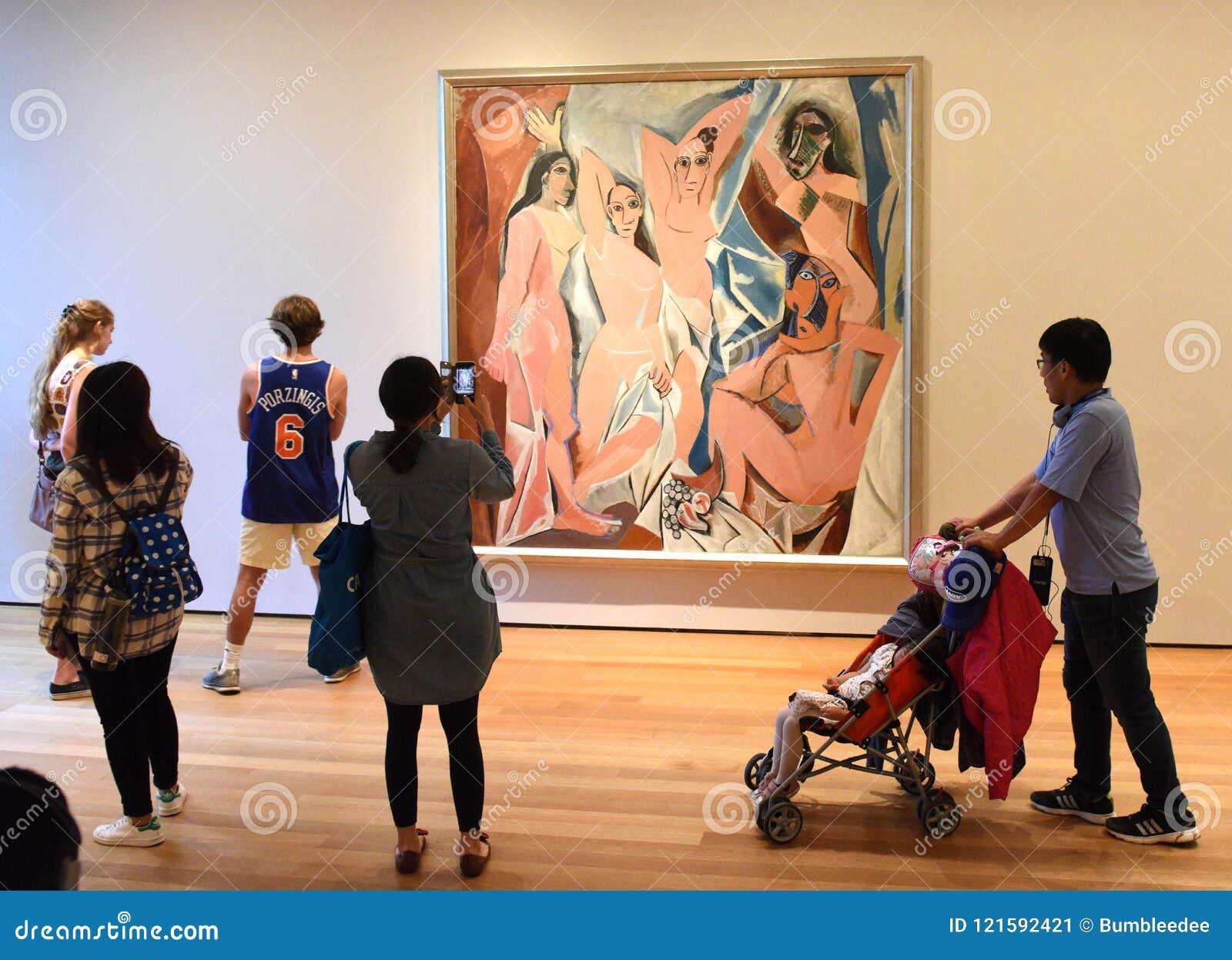 Nueva York, los E.E.U.U. - 8 de junio de 2018: Gente cerca del dolor de Pablo Picasso