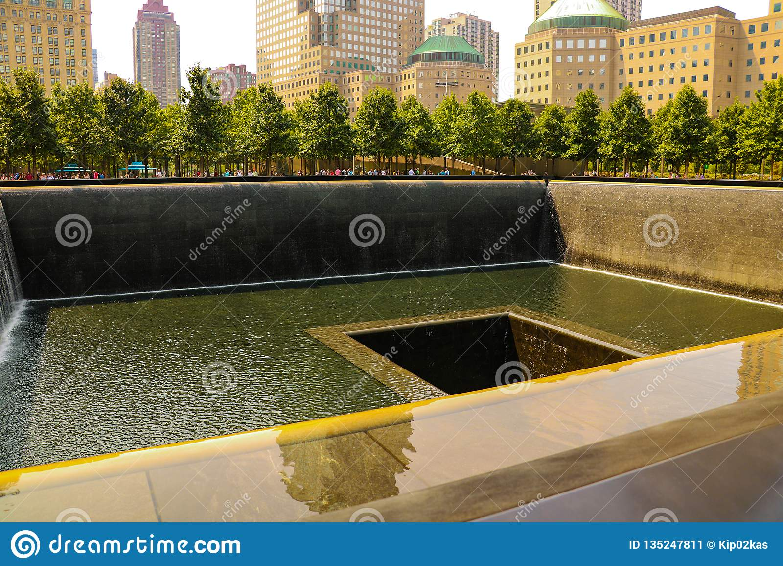 Nueva York, los E.E.U.U. - 2 de septiembre de 2018: Complejo conmemorativo a las víctimas del 11 de septiembre de 2001 sobre el t