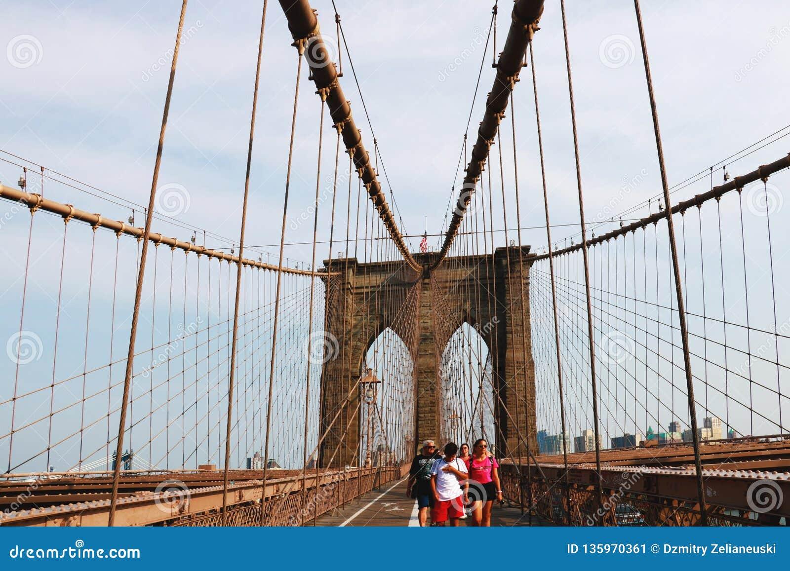 Nueva York, los E.E.U.U. - 2 de septiembre de 2018: Paseo del puente de Brooklyn
