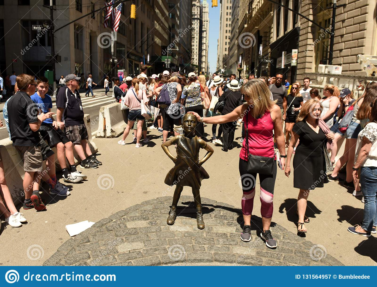 Nueva York, los E.E.U.U. - mayo de 2018: Gente cerca de la escultura de carga de Bull en Nueva York