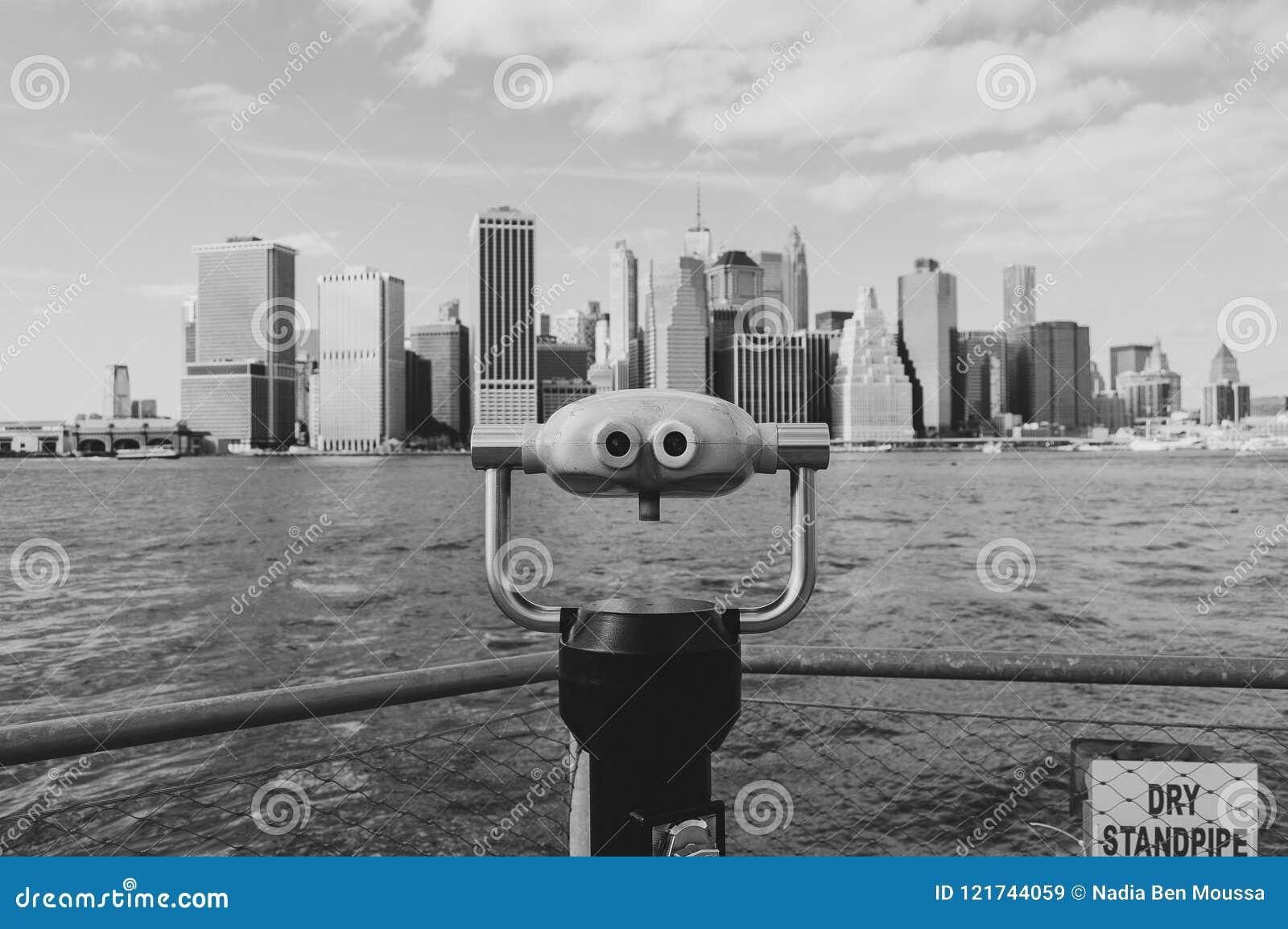 Nueva York, los E.E.U.U., septiembre de 2016: Opinión blanco y negro del horizonte de Manhattan de los embarcaderos de Brooklyn