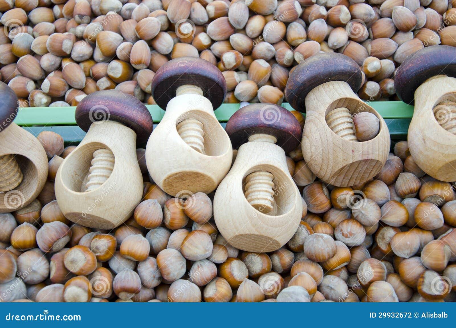 Cascanueces y avellanas de madera en mercado fotograf a de - Cascanueces de madera ...