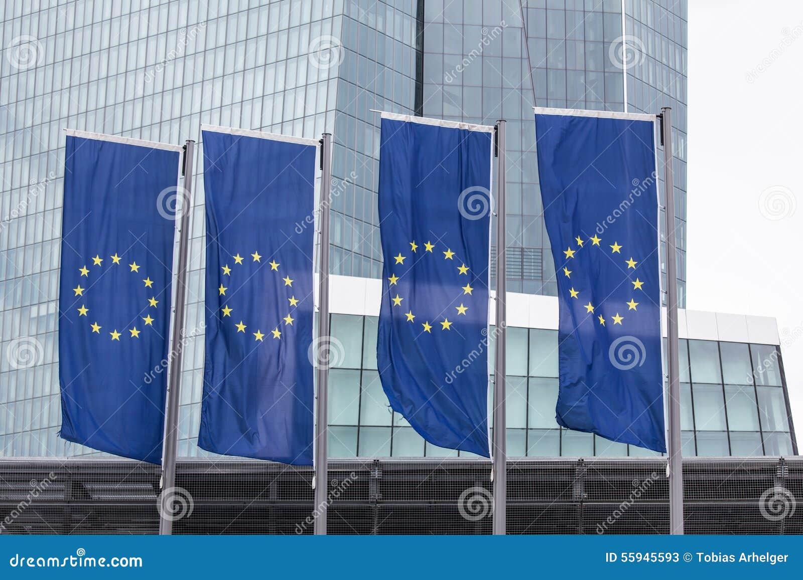 Nuevo Banco Central Europeo en Francfort Alemania con las banderas de Europa